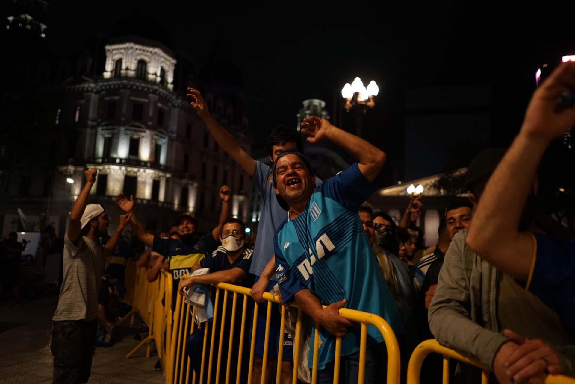 Hinchas de Racing y de Boca. También se vieron de River, San Lorenzo, Independiente y Gimnasia de La Plata durante la vigilia. El Diego, pasión de multitudes