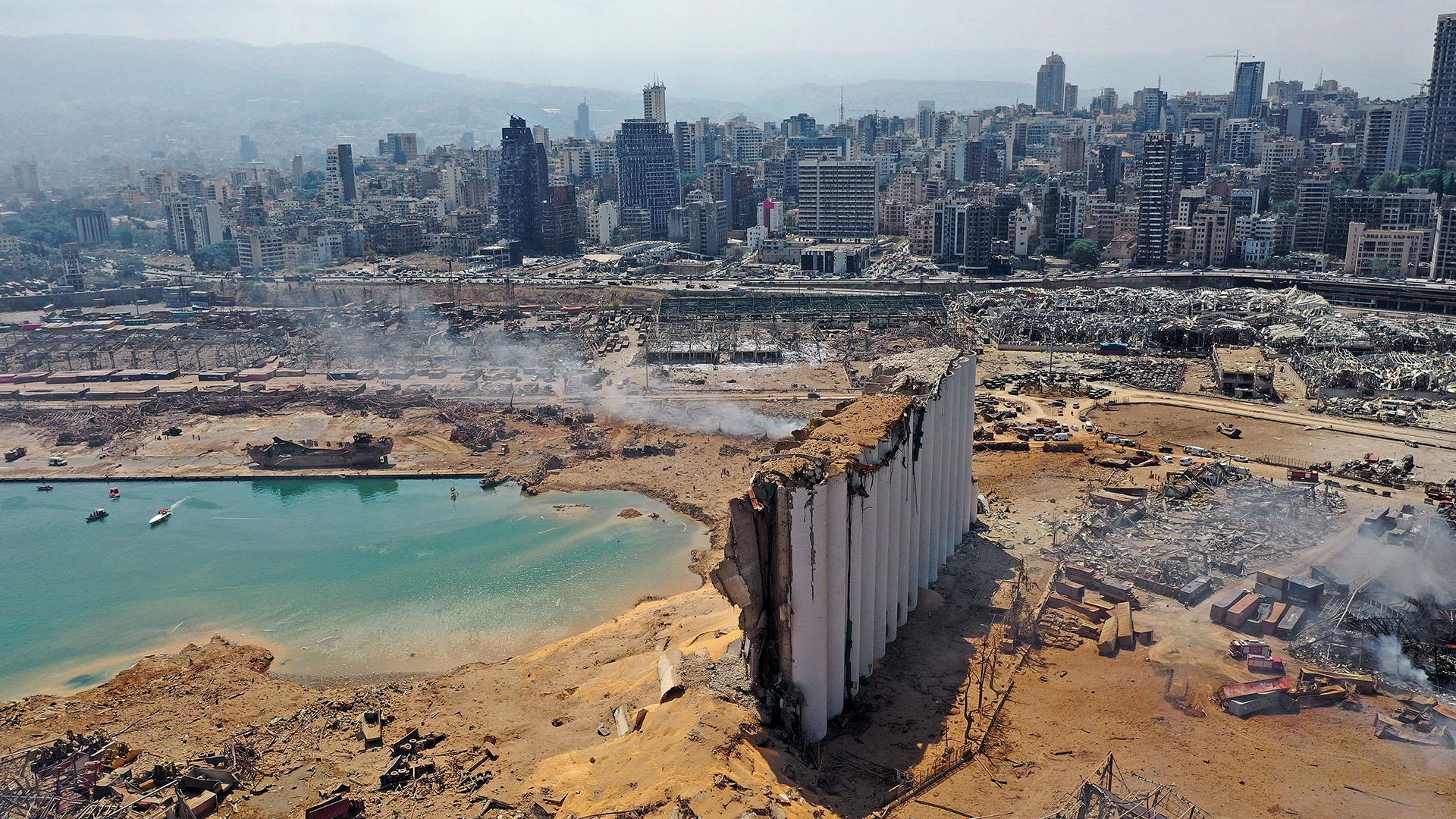 Equipos de rescate buscaron sobrevivientes en Beirut por la mañana después de que una explosión catastrófica en el puerto sembró la devastación en vecindarios enteros, matando a más de 100 personas, hiriendo a miles y sumiendo al Líbano en una crisis más profunda (Foto por Anwar AMRO / AFP)