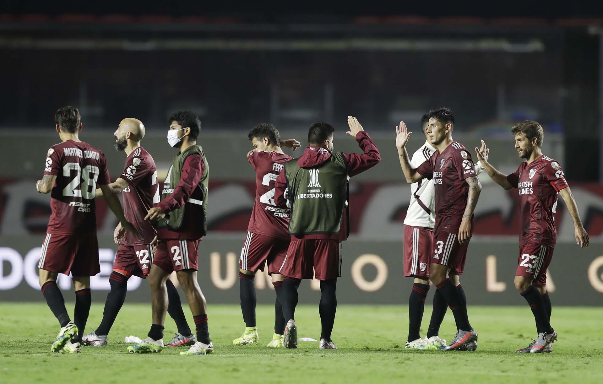 El plantel de River se saluda tras el 2-2 ante San Pablo en el Morumbí (REUTERS/Andre Penner)