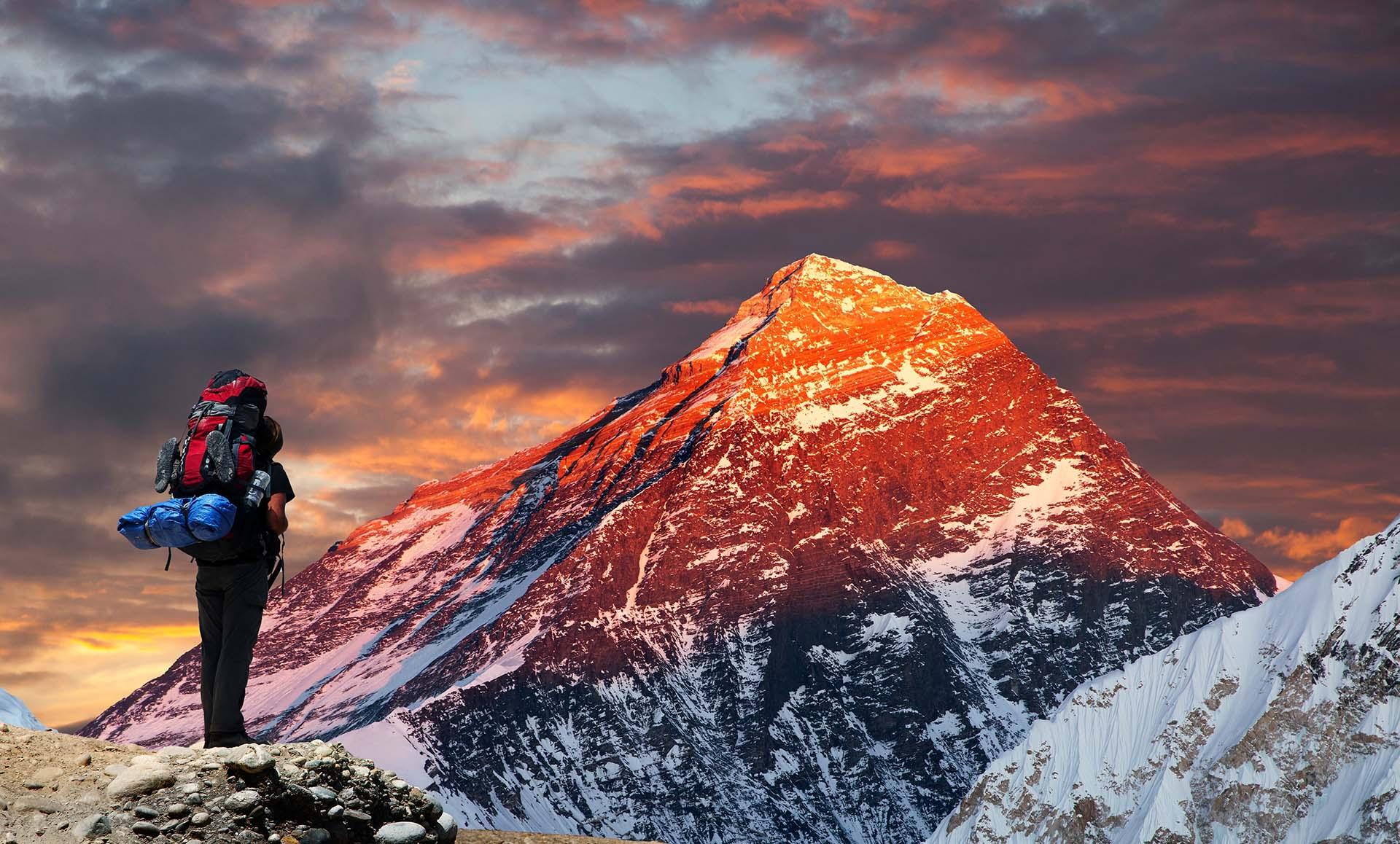 Asia también alberga la montaña más alta del mundo, el Monte Everest, con una altitud de 8848 metros sobre el nivel del mar. La montaña ha sido parte de récords adicionales a lo largo de los años, ya que los alpinistas frecuentemente rompen récords de escalada, e incluso fue el lugar de celebración del concierto de mayor altitud del mundo