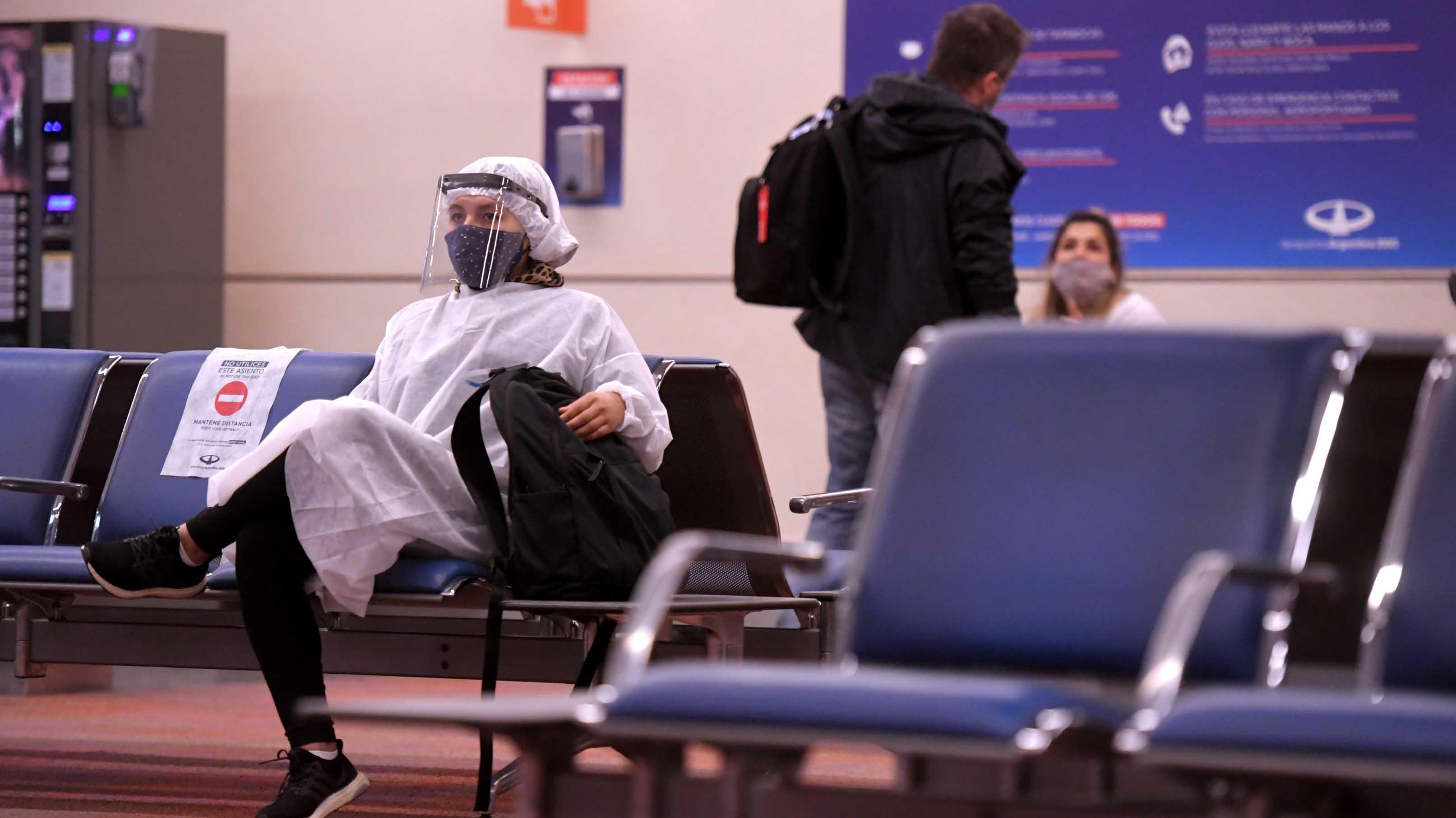 Una pasajera espera la partida de su vuelo. El primero partió rumbo a Jujuy. El segundo, hacia Mendoza.