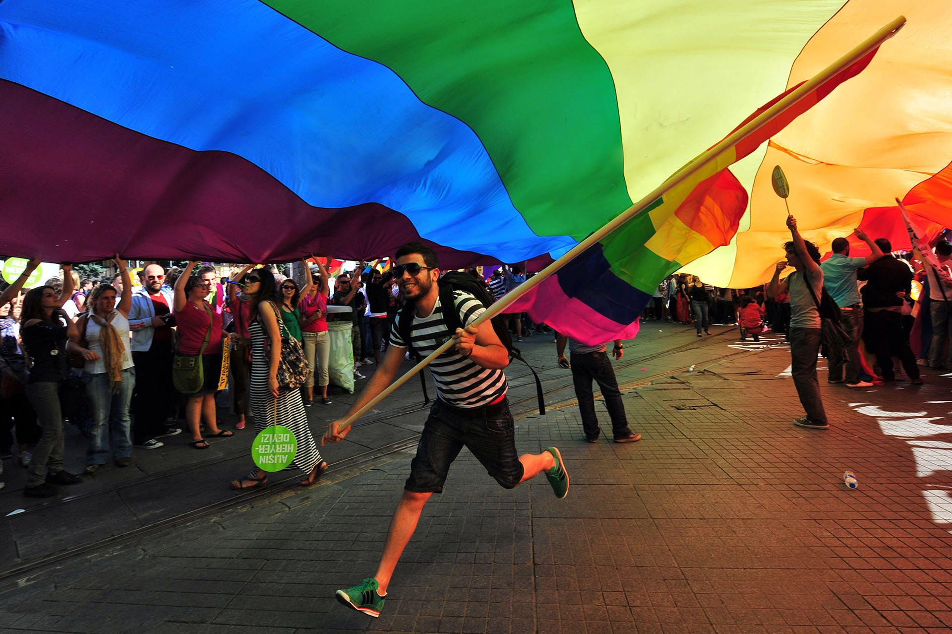 La gente participa en el Desfile del Orgullo en la Avenida Istiklal de Estambul el 26 de junio de 2011