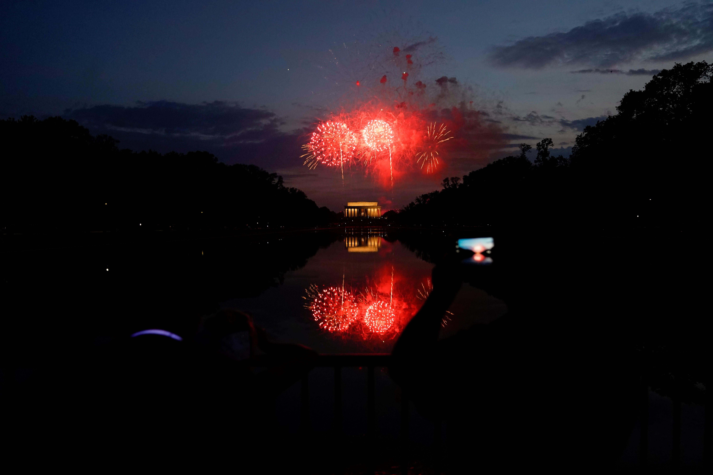 Fuegos artificiales sobre el monumento a Lincon
