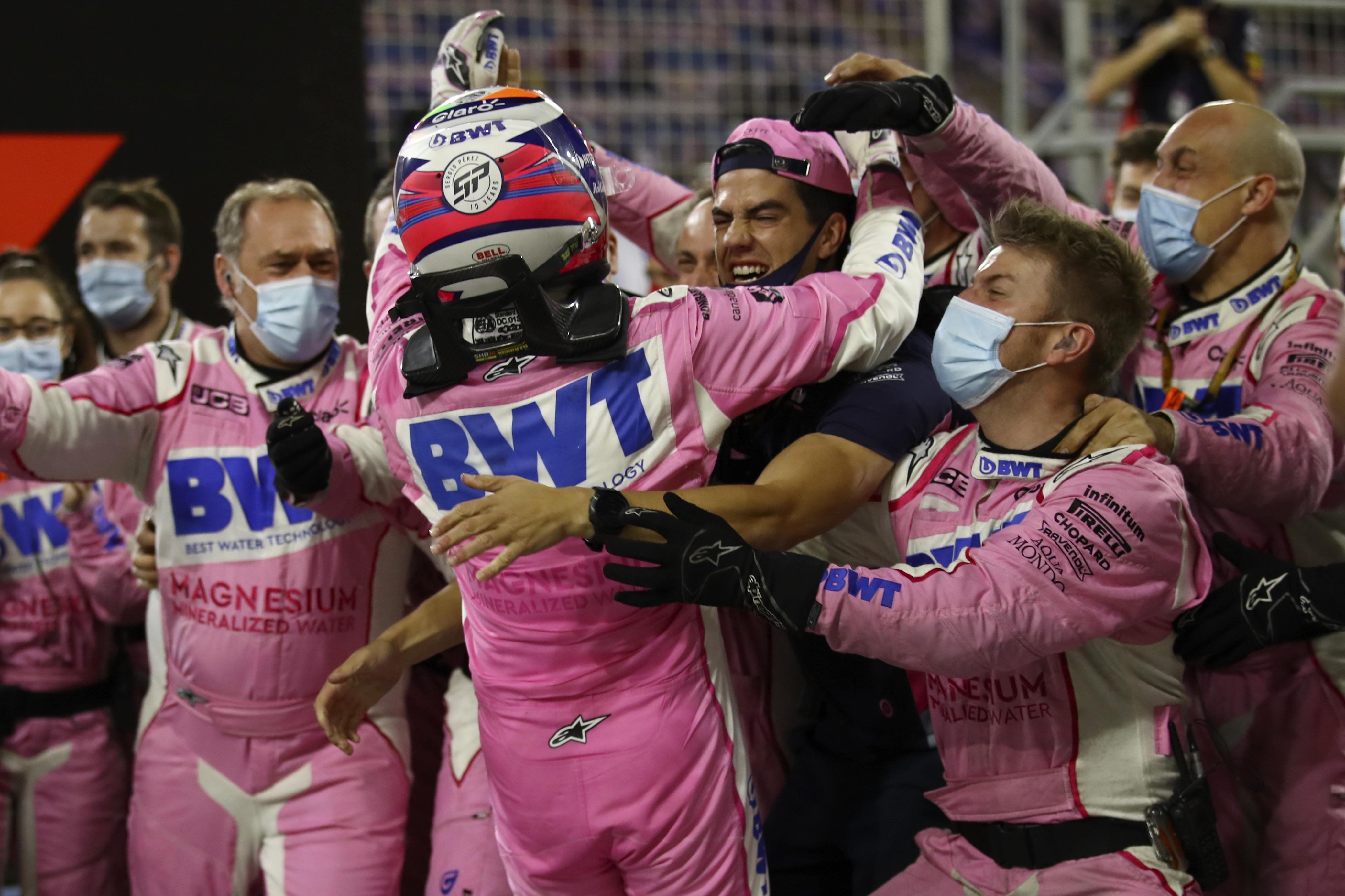El piloto de Racing Point Sergio Pérez de México celebra la victoria con su equipo en el Gran Premio de Fórmula 1 de Sakhir, Baréin el domingo 6 de diciembre de 2020.