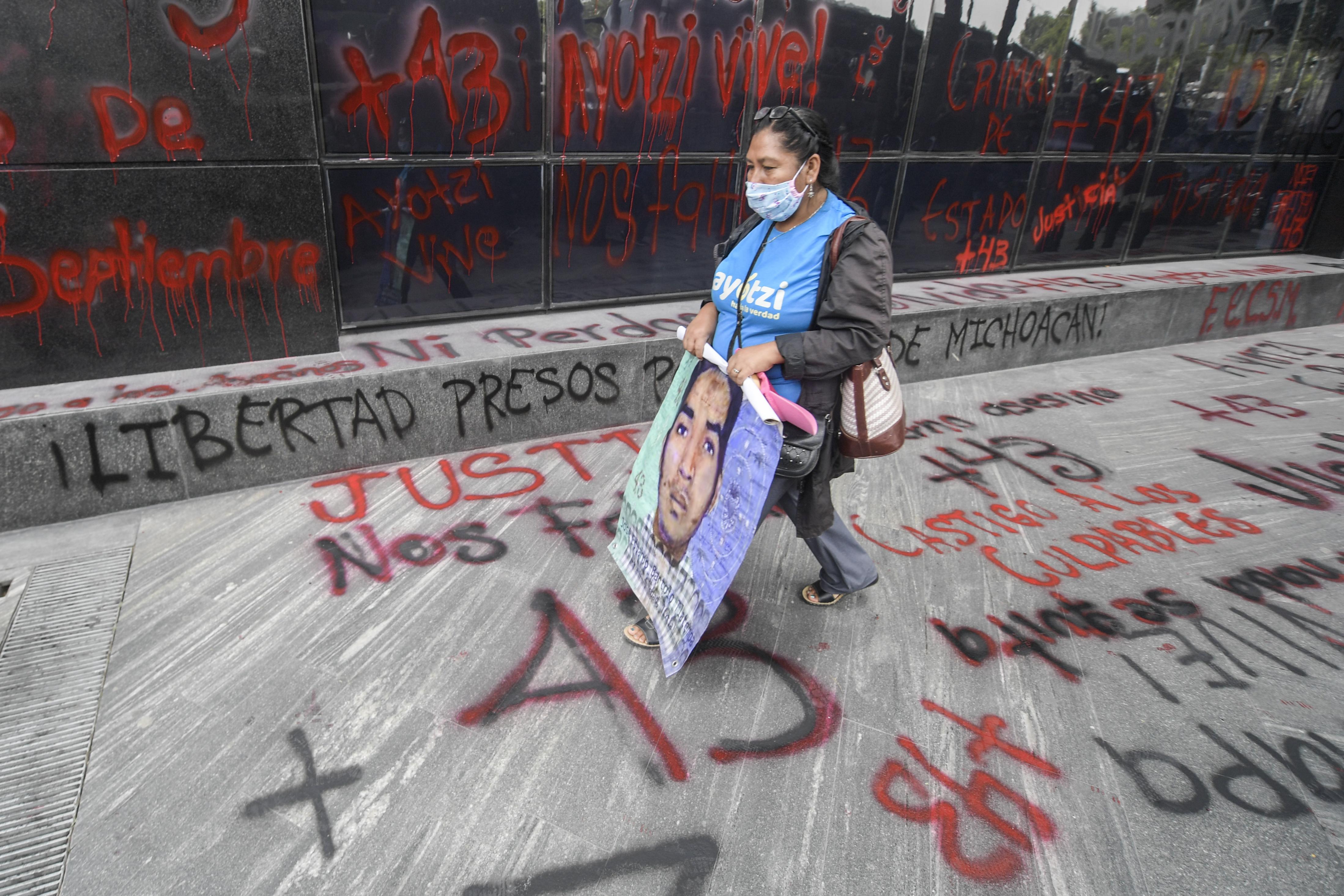 Personas se manifiestan frente a la Fiscalía General en la Ciudad de México el 25 de septiembre de 2020, en vísperas del sexto aniversario de la desaparición de 43 estudiantes de la Escuela Normal Rural de Ayotzinapa.
