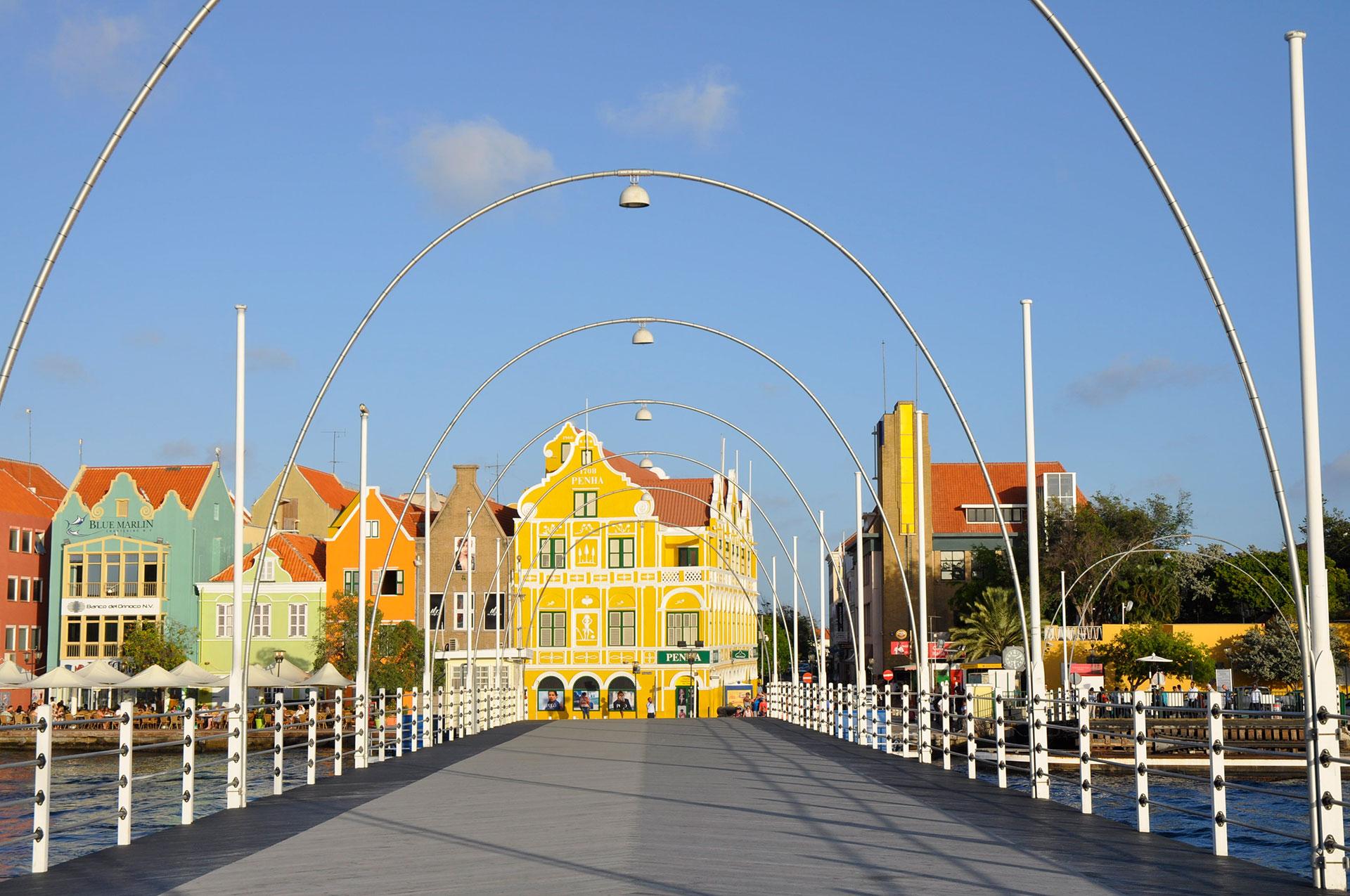 Aunque Curazao a menudo ha sido eclipsada por su isla hermana Aruba, ha comenzado a invertir más fuertemente en turismo; parece que cada día aparece un nuevo hotel o restaurante en escena. Incluso sin las modernas inauguraciones, la capital del siglo XVII, Willemstad, protegida por la UNESCO, es tan bonita como histórica