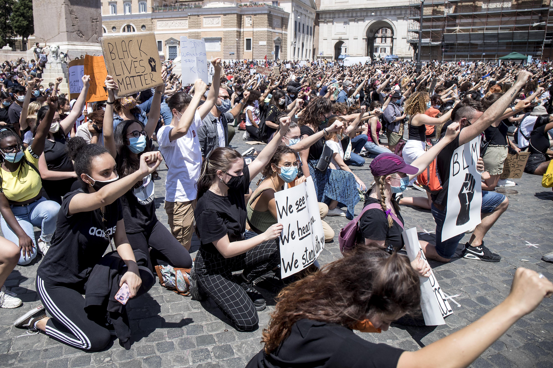 """La marcha en la emblemática Piazza del Popolo de Roma fue multitudinaria pero pacífica, con la mayoría de los manifestantes usando cubrebocas como medida de protección contra el coronavirus. Los participantes atendieron discursos y portaron pancartas con frases como """"Black Lives Matter"""" y """"Es un problema blanco"""""""