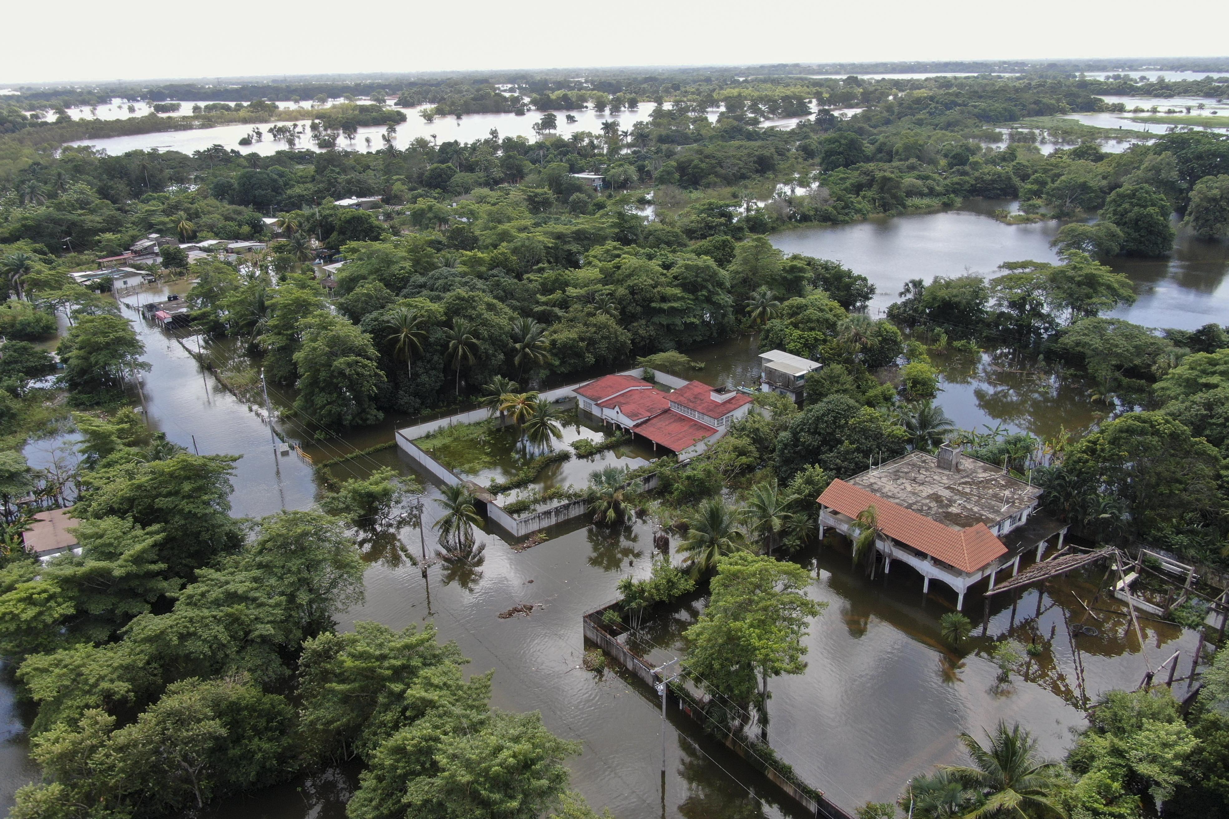 Vista de un área inundada luego del desborde del río Grijalva debido a las fuertes lluvias en Villahermosa, estado de Tabasco, México, el 7 de noviembre de 2020.