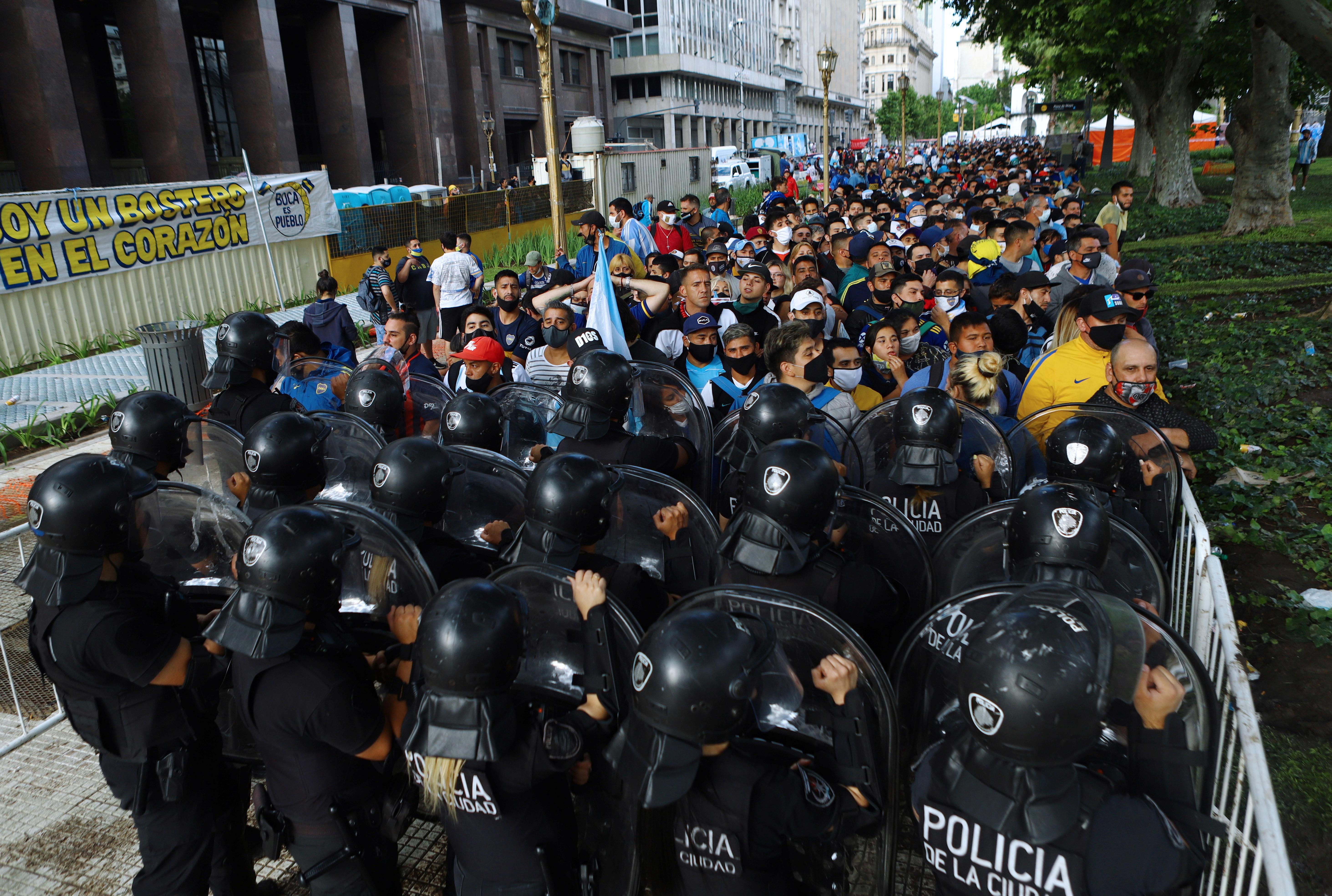 Pasadas las 12, la fila para despedir a Maradona alcanzaba las 25 cuadras