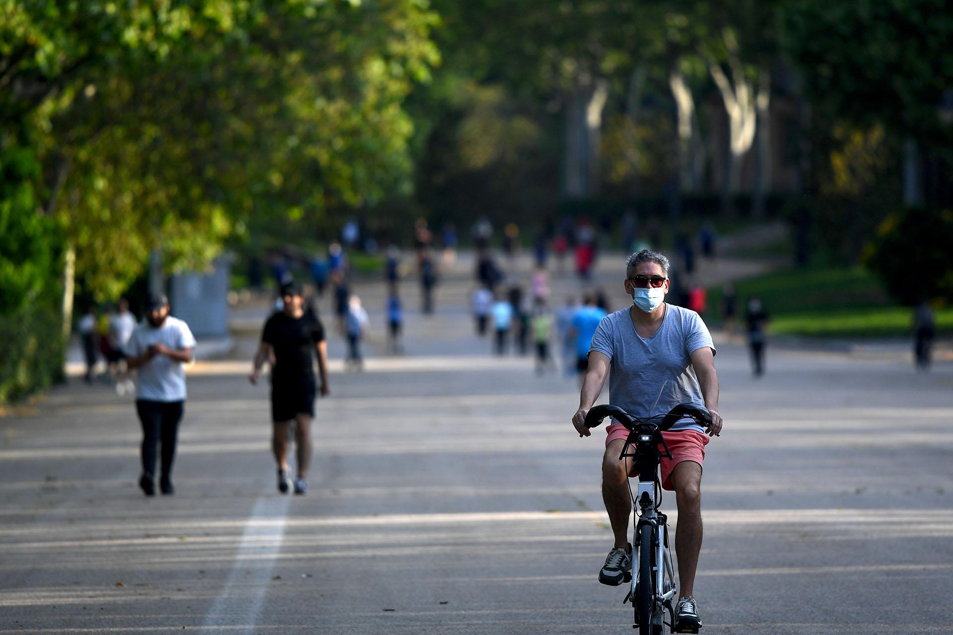 Personas haciendo ejercicio en el parque El Retiro en Madrid.
