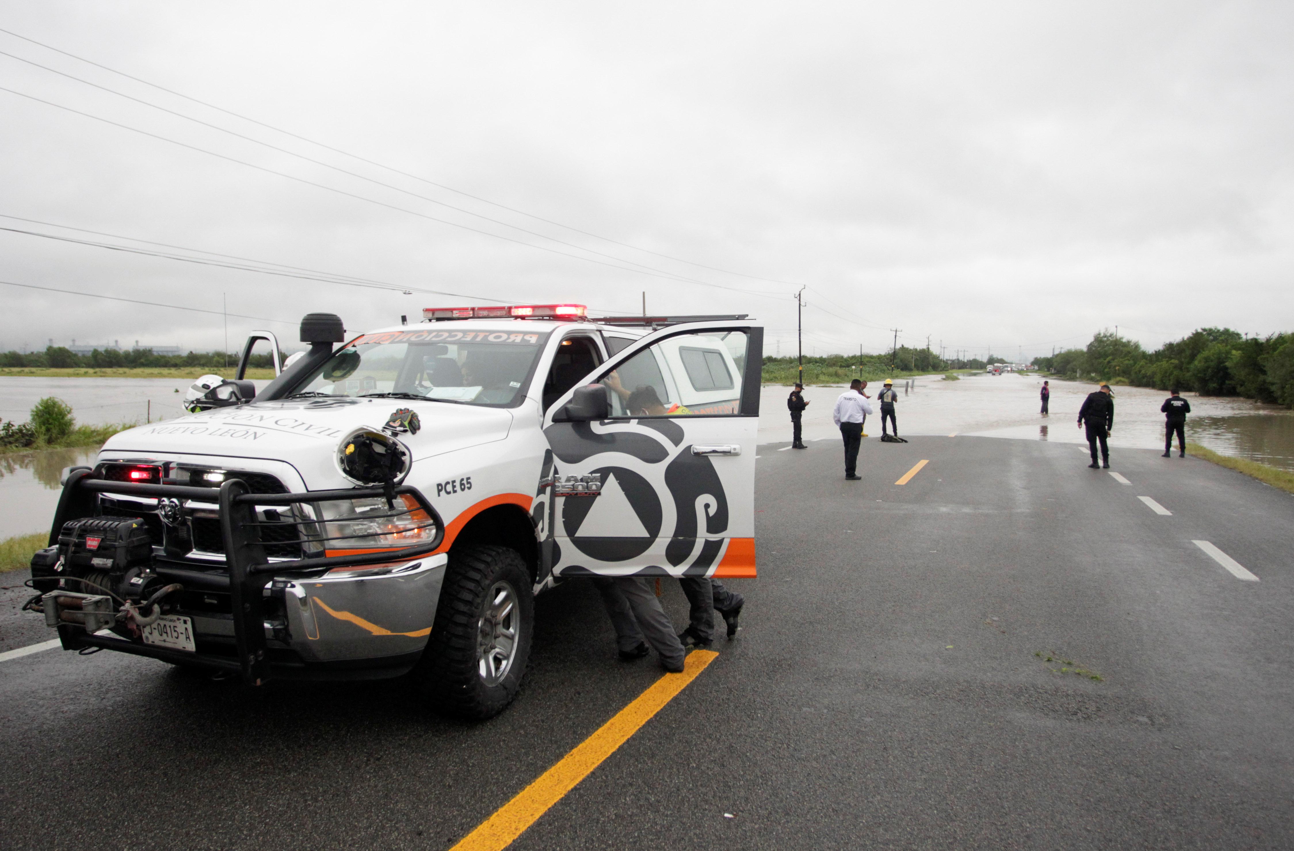 Los trabajadores de protección civil son vistos durante el rescate de un joven después de la tormenta Hanna en El Carmen, en las afueras de Monterrey, México, el 27 de julio de 2020.