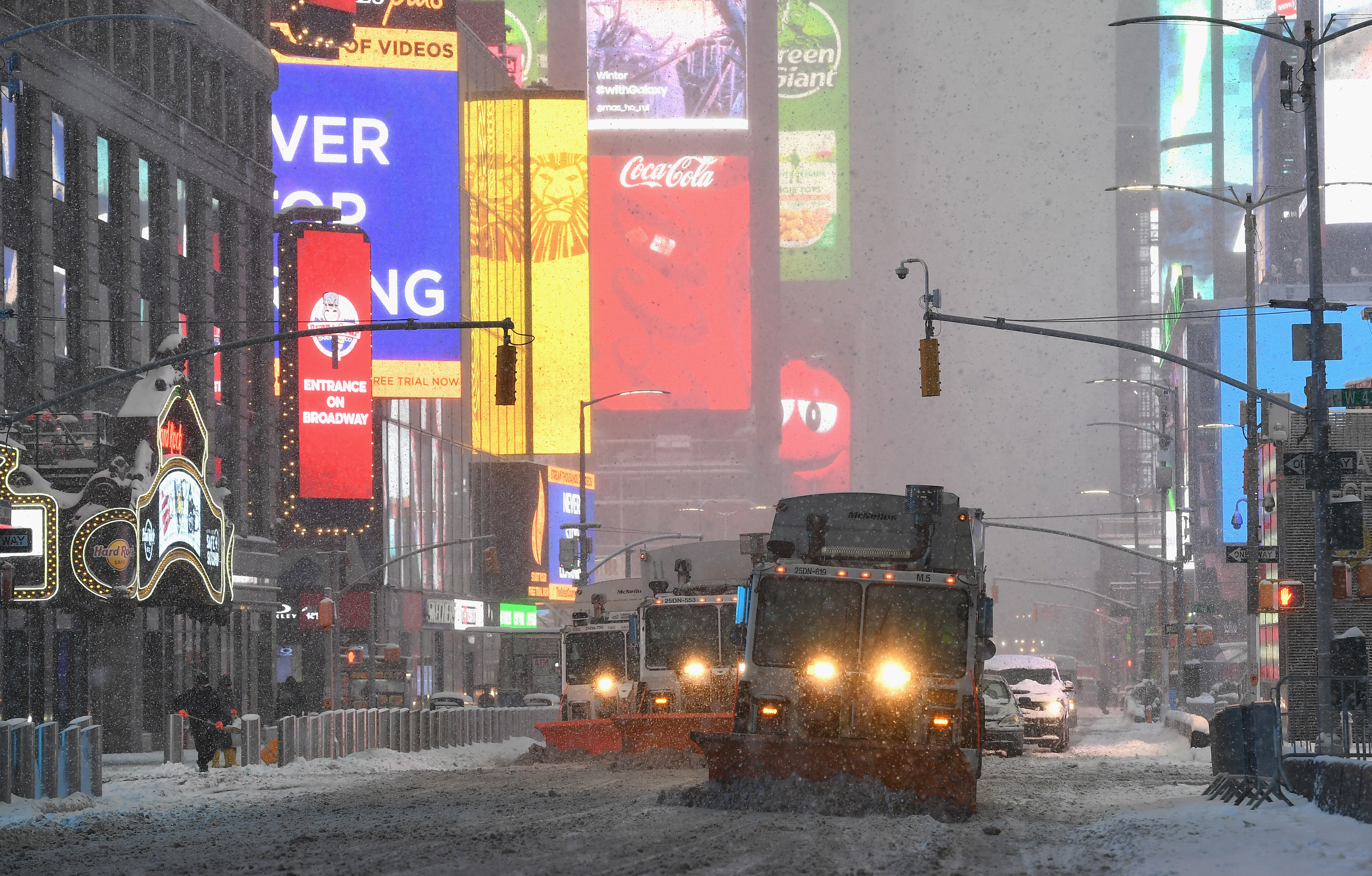 Camiones quitanieves en Times Square (Angela Weiss / AFP)