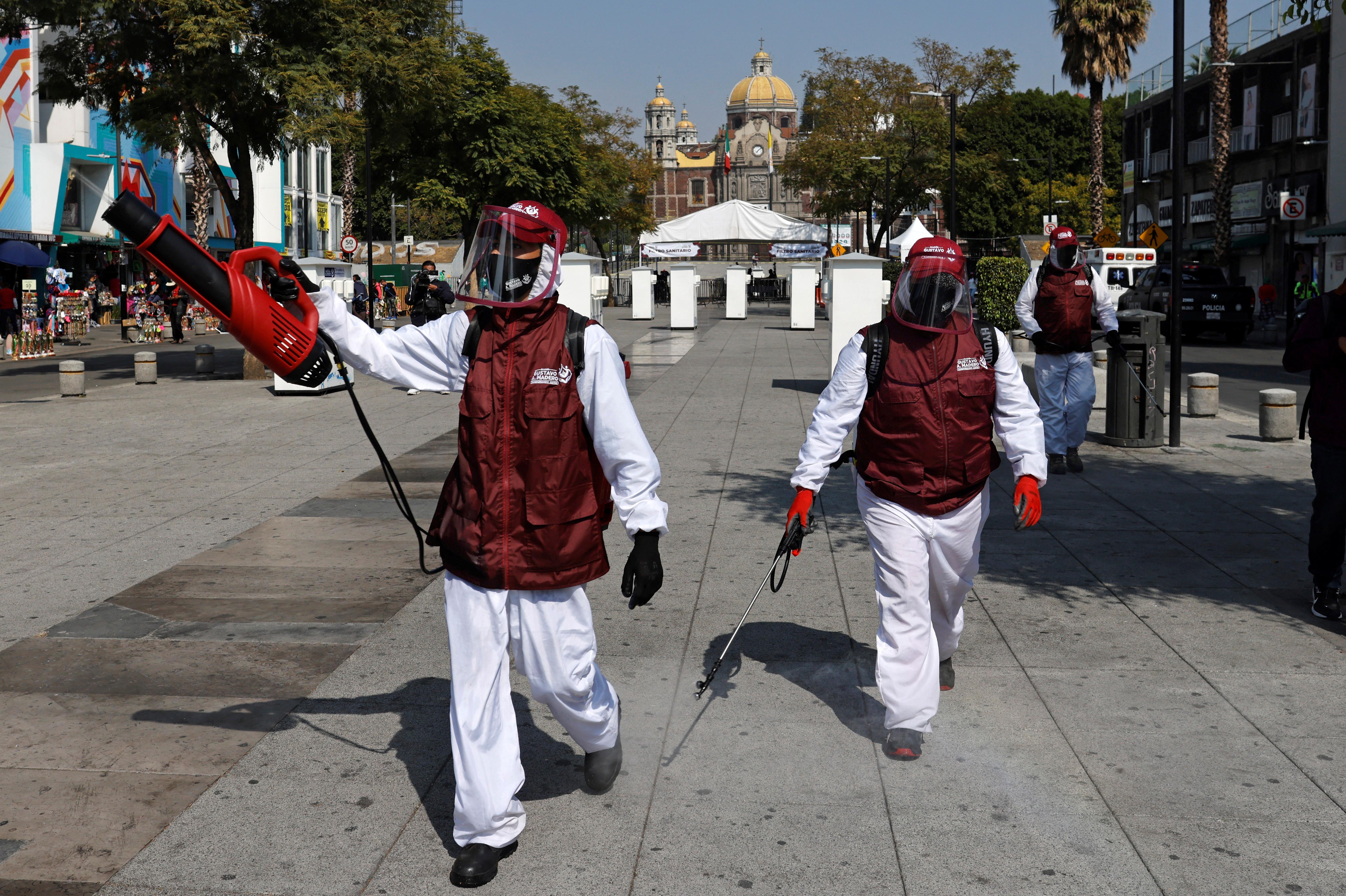 Trabajadores desinfectan la entrada de la Basílica de Guadalupe que está temporalmente cerrada. Ciudad de México, México, 10 de diciembre de 2020.