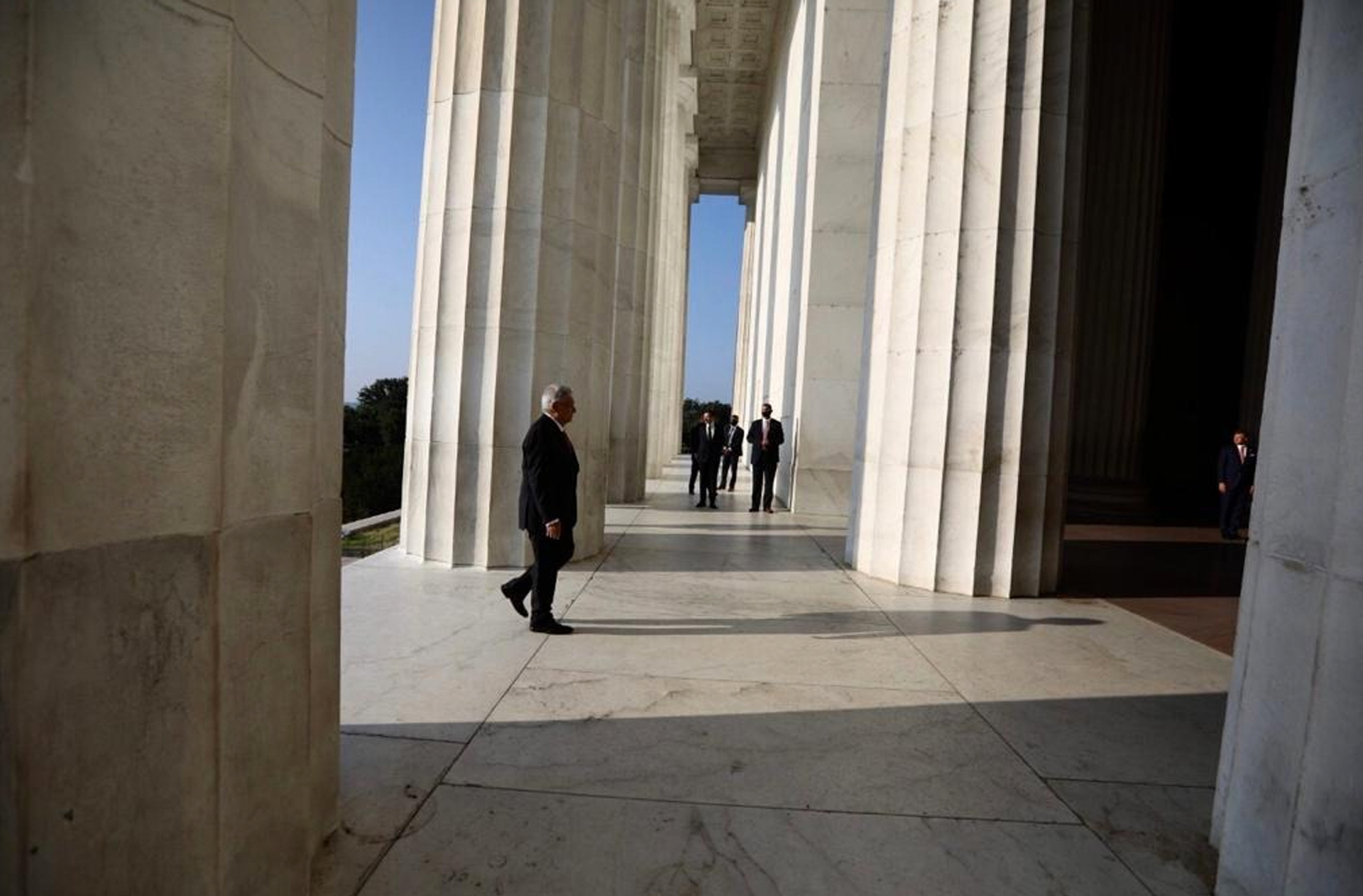El presidente de México, Andrés Manuel López Obrador, visita el monumento de Abraham Lincoln, en Washington D.C, EE.UU. (Foto: Cortesía Presidencia de México)