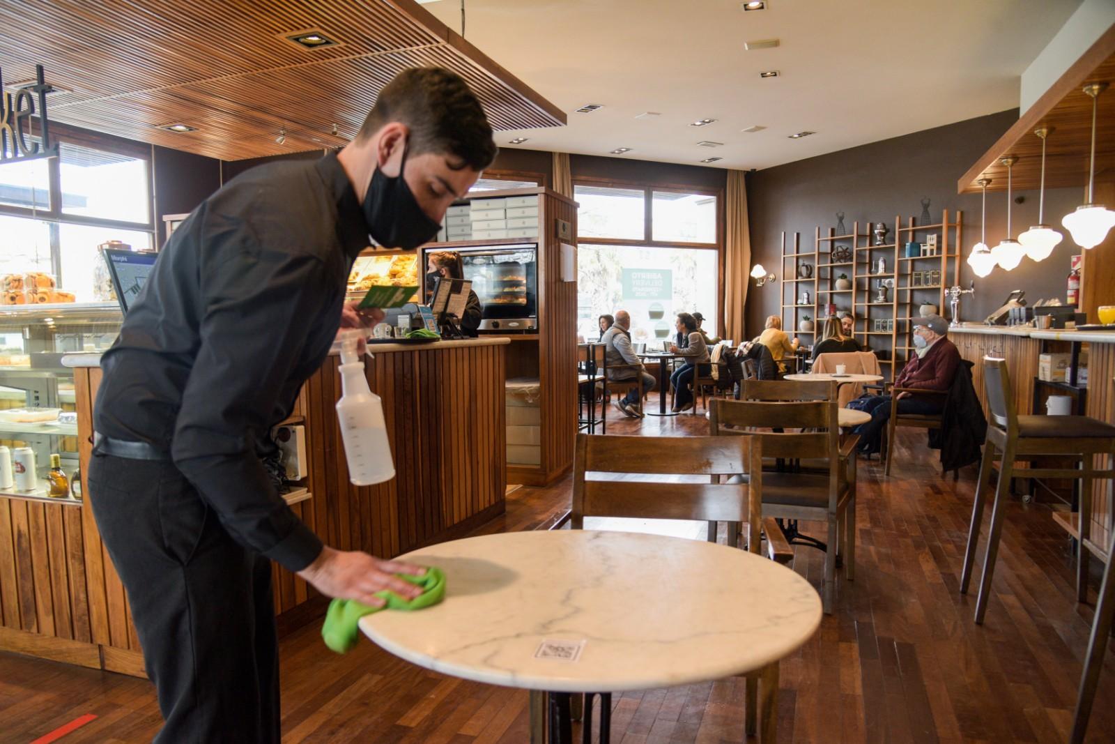 La desinfección de las mesas con alcohol al 70 por ciento es una de las normas que respetan en los locales que abrieron hoy en Mar del Plata. Volvió el trabajo y no hubo ni una sola clausura