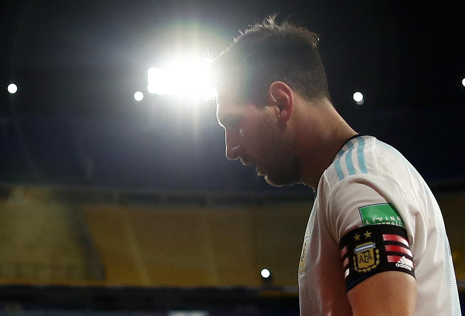 Messi, el iluminado... Hasta por los focos del escenario de La Boca (REUTERS/Agustin Marcarian)