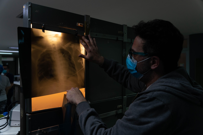 Leandro Tumino revisa una imagen de uno de sus pacientes.