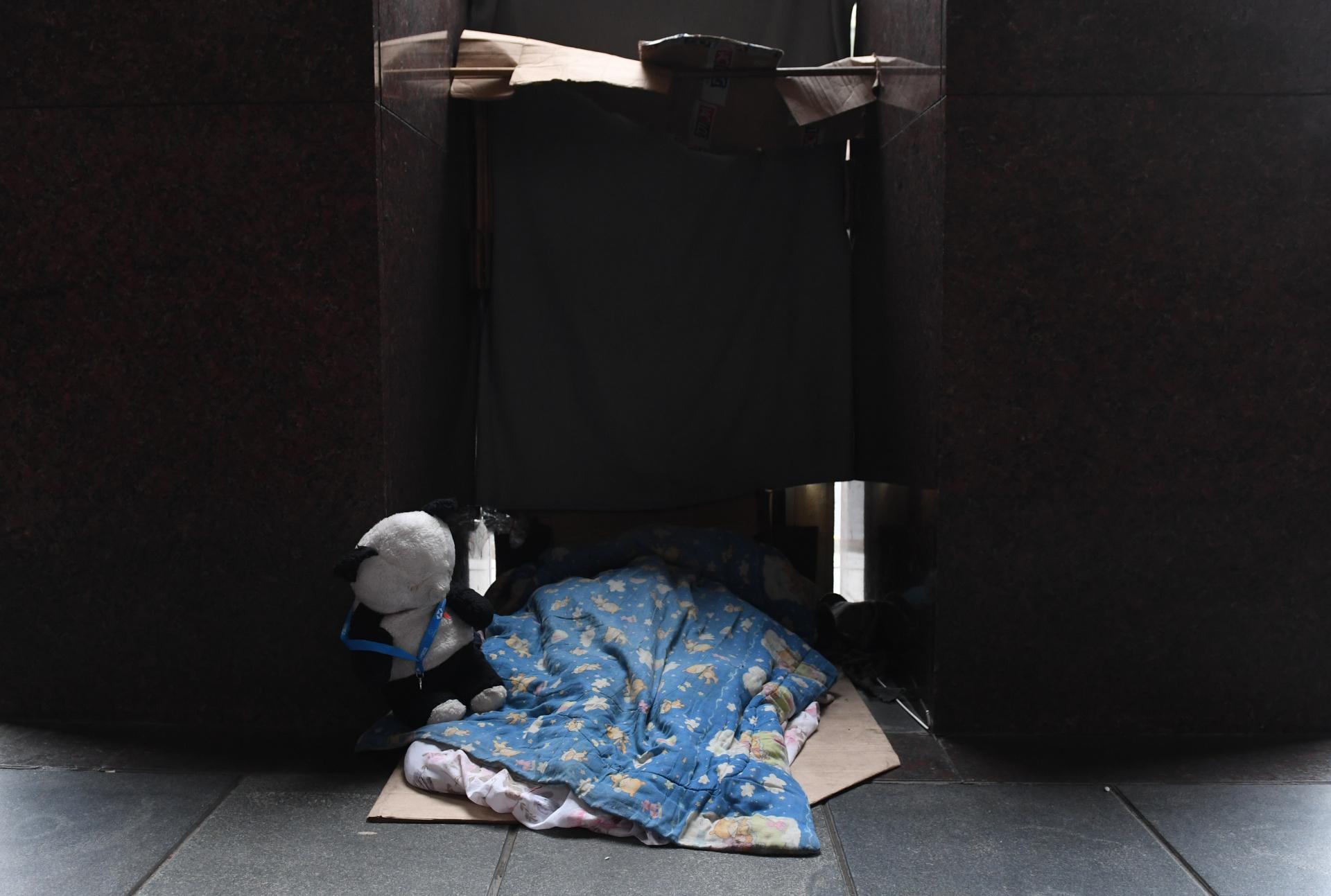 Del total de personas sin techo, 5.412 directamente viven en plazas, umbrales de edificios o en veredas de la Ciudad de Buenos Aires, de acuerdo a lo que los voluntarios recabaron en recorridos específicos entre el 25 y el 28 de abril del año pasado.