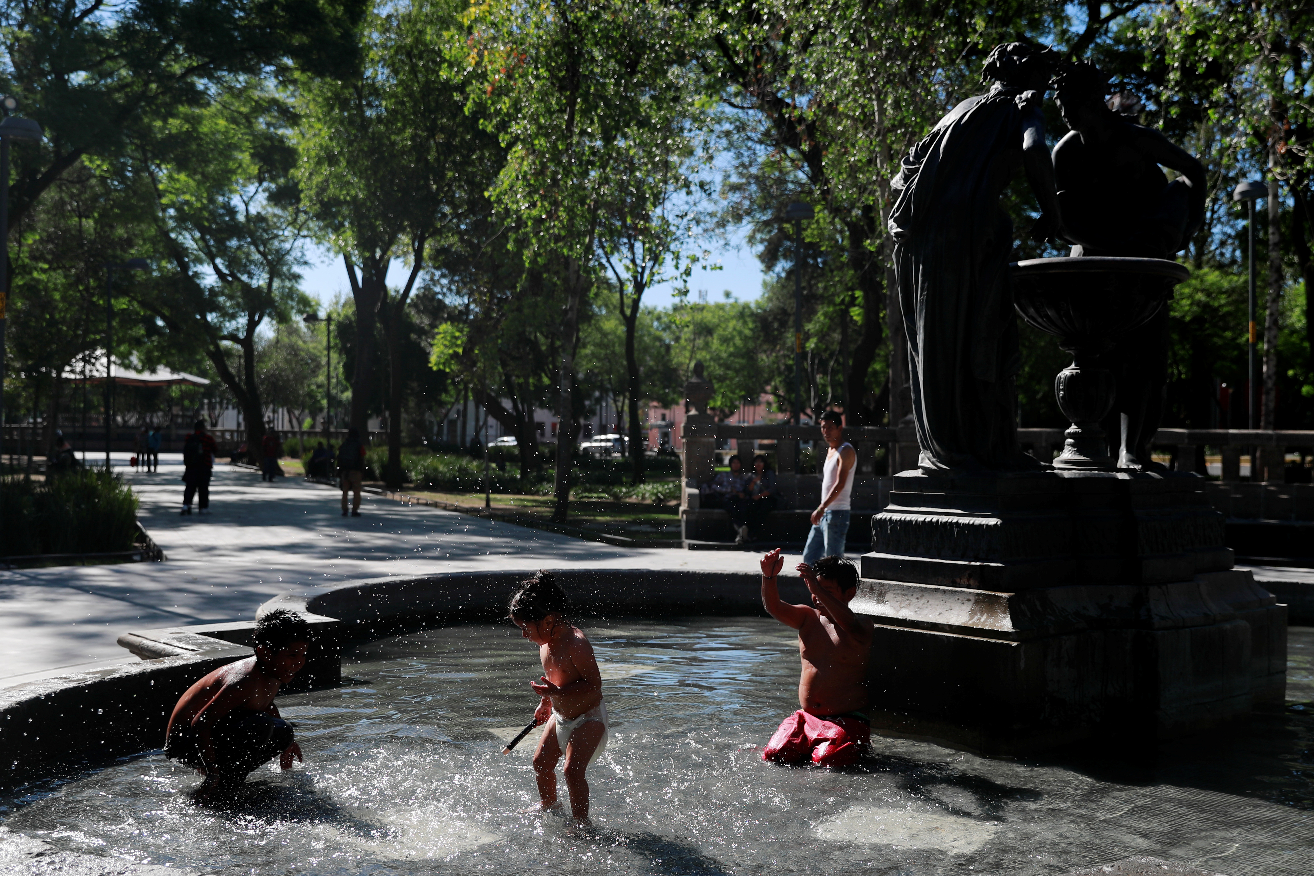 Los niños juegan en una fuente en el Parque Central de la Alameda después de que fue reabierta al público mientras continúa el brote de la enfermedad por coronavirus (COVID-19) en la Ciudad de México, México, 14 de junio de 2020. Foto: Reuters.
