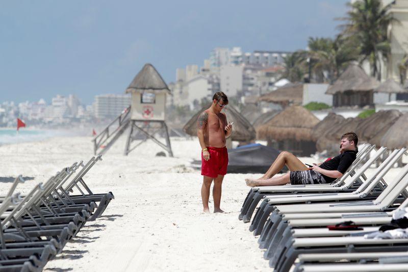 Los turistas estadounidenses se relajan en una playa después de las autoridades locales impusieron estrictas medidas sanitarias para reabrir gradualmente a pesar de la pandemia de la enfermedad por coronavirus (COVID-19), en Cancún, México, el 11 de junio de 2020. Foto: Reuters.