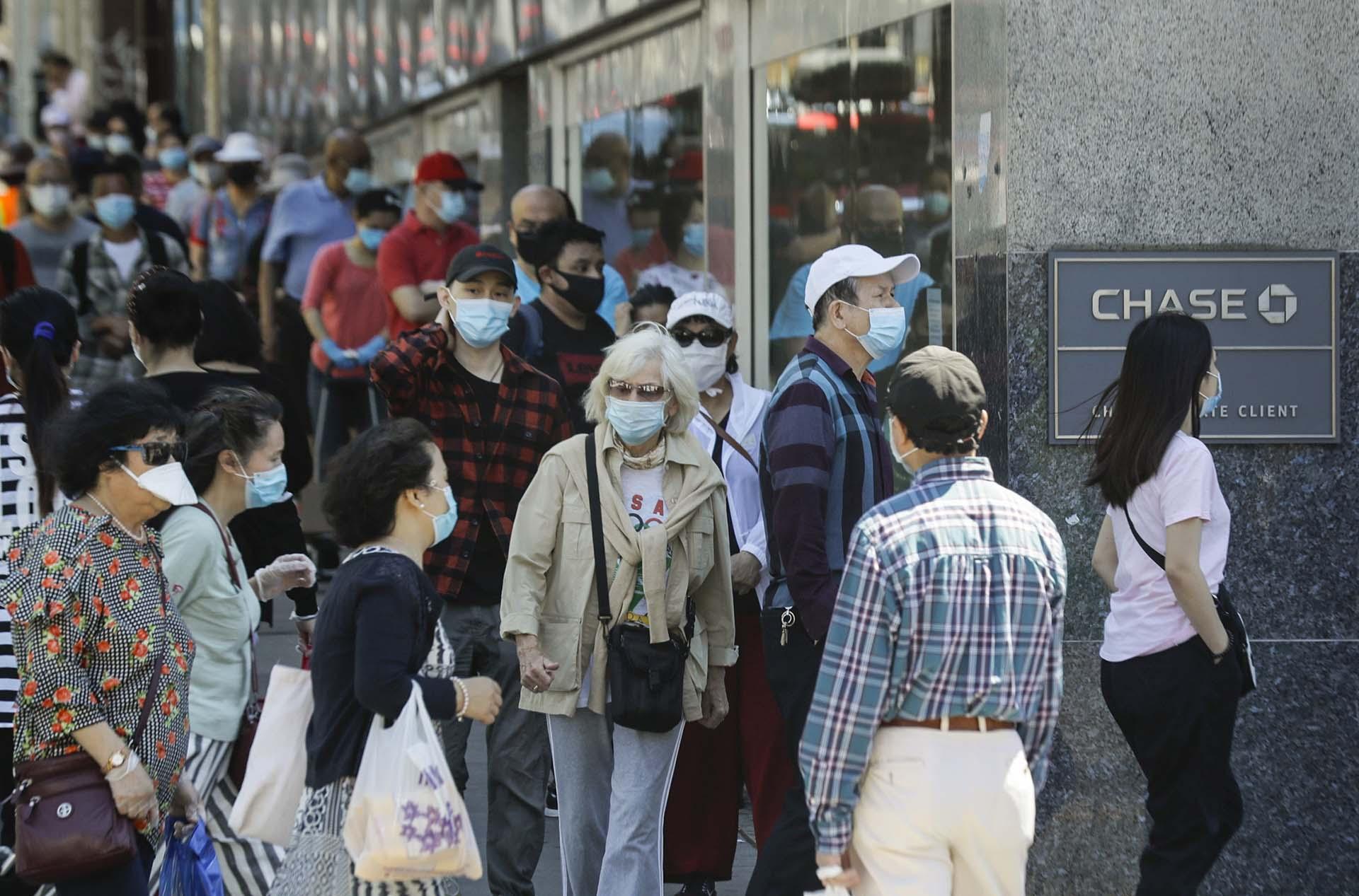 Peatones caminan frente a una sucursal del banco Chase en la zona de Flushing, Queens, Nueva York.