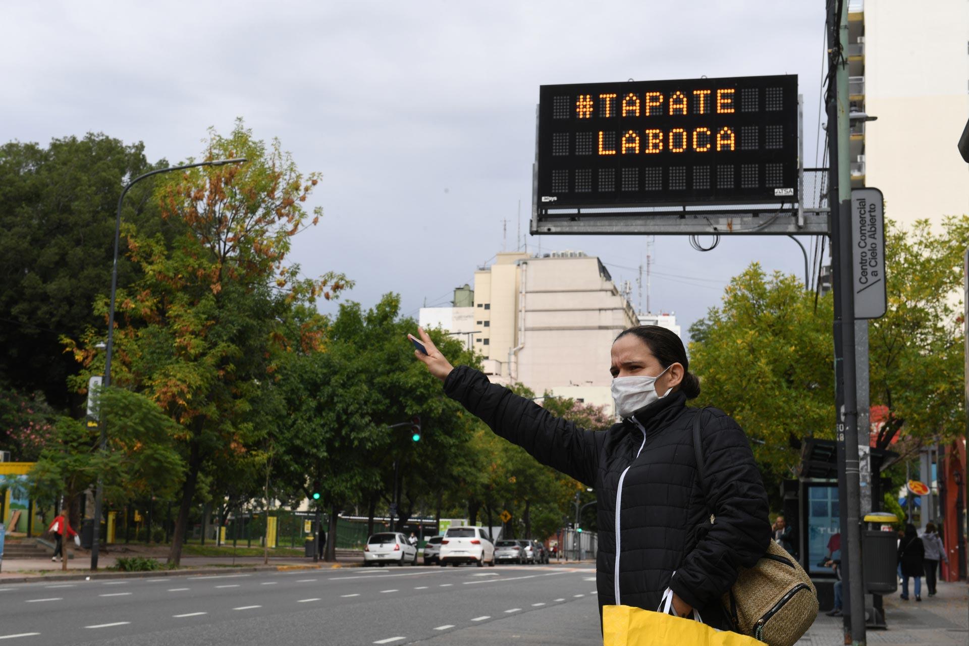 Toda la cartelería pública de la Ciudad de Buenos Aires estuvo al servicio de la concientización de conductas sanitarias para controlar la pandemia. El uso de barbijos o tapabocas no admitió prácticamente discusión. Fue la conducta más aceptada.