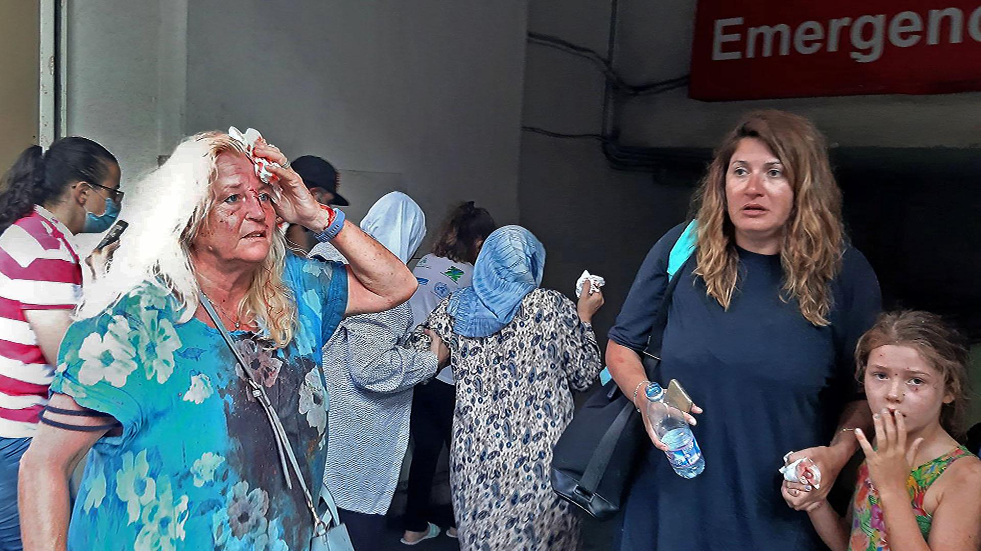 Valarie Fakhoury, una abuela británica con su hija y su nieta, ambas libanesas, en la guardia de un hospital (AFP)
