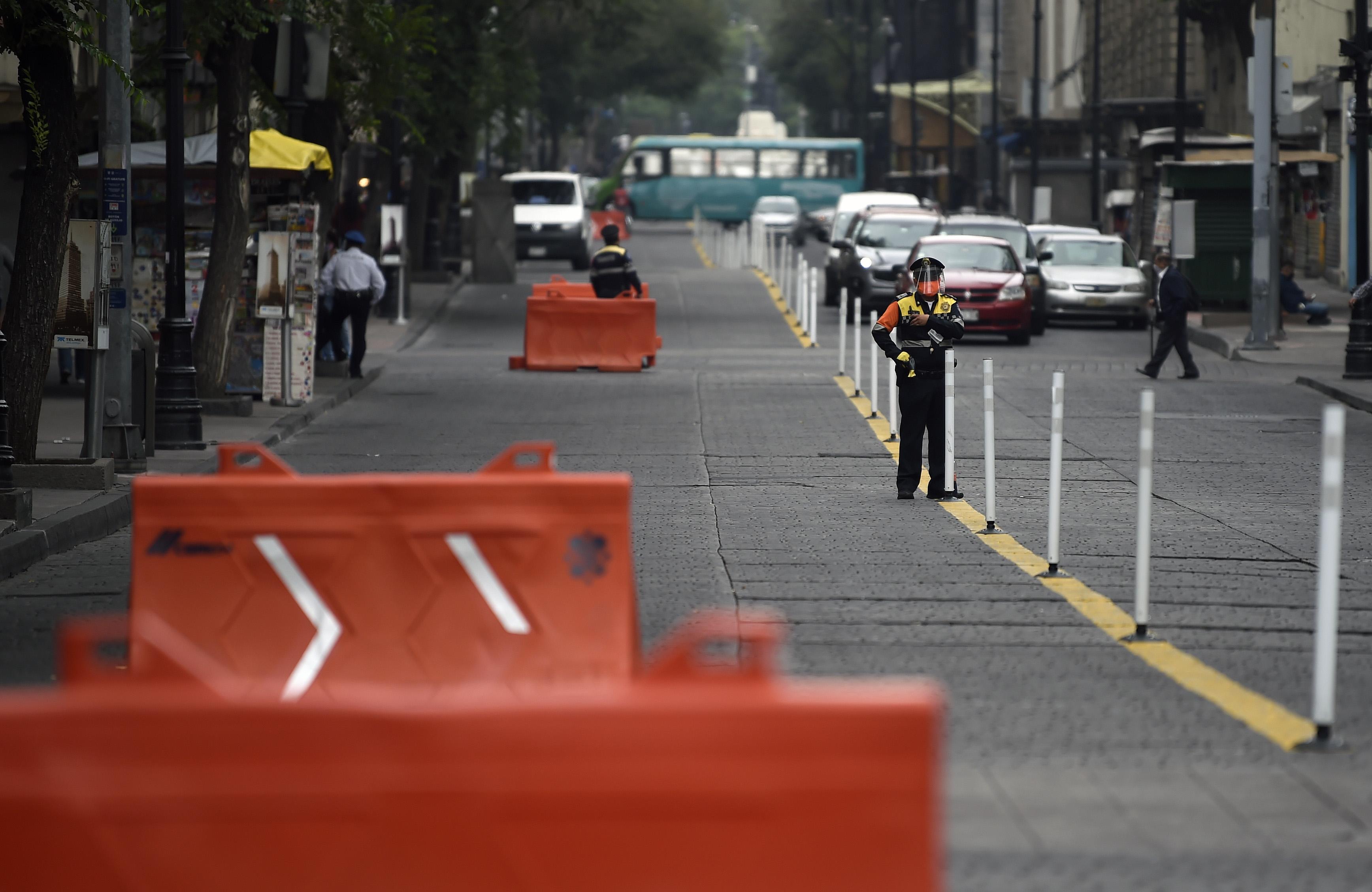 Vista del tráfico en una calle del centro histórico de la Ciudad de México habilitada para ciclistas y peatones, como parte de las medidas de reapertura adoptadas por el gobierno el 29 de junio de 2020 durante la pandemia COVID-19. (Foto: ALFREDO ESTRELLA / AFP)