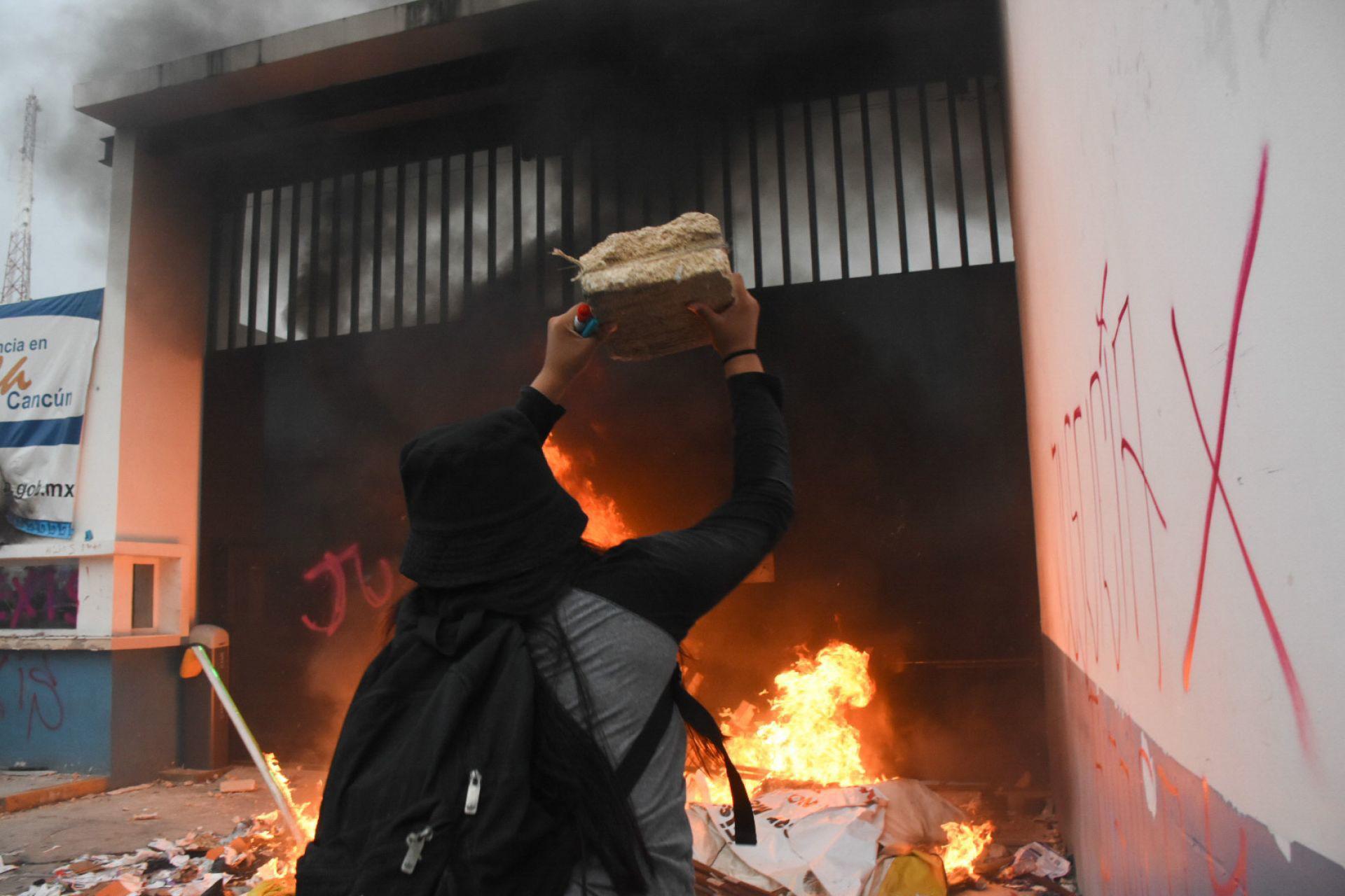 Durante la protesta se incendió la fachada del Palacio Municipal del Ayuntamiento de Benito Juárez.