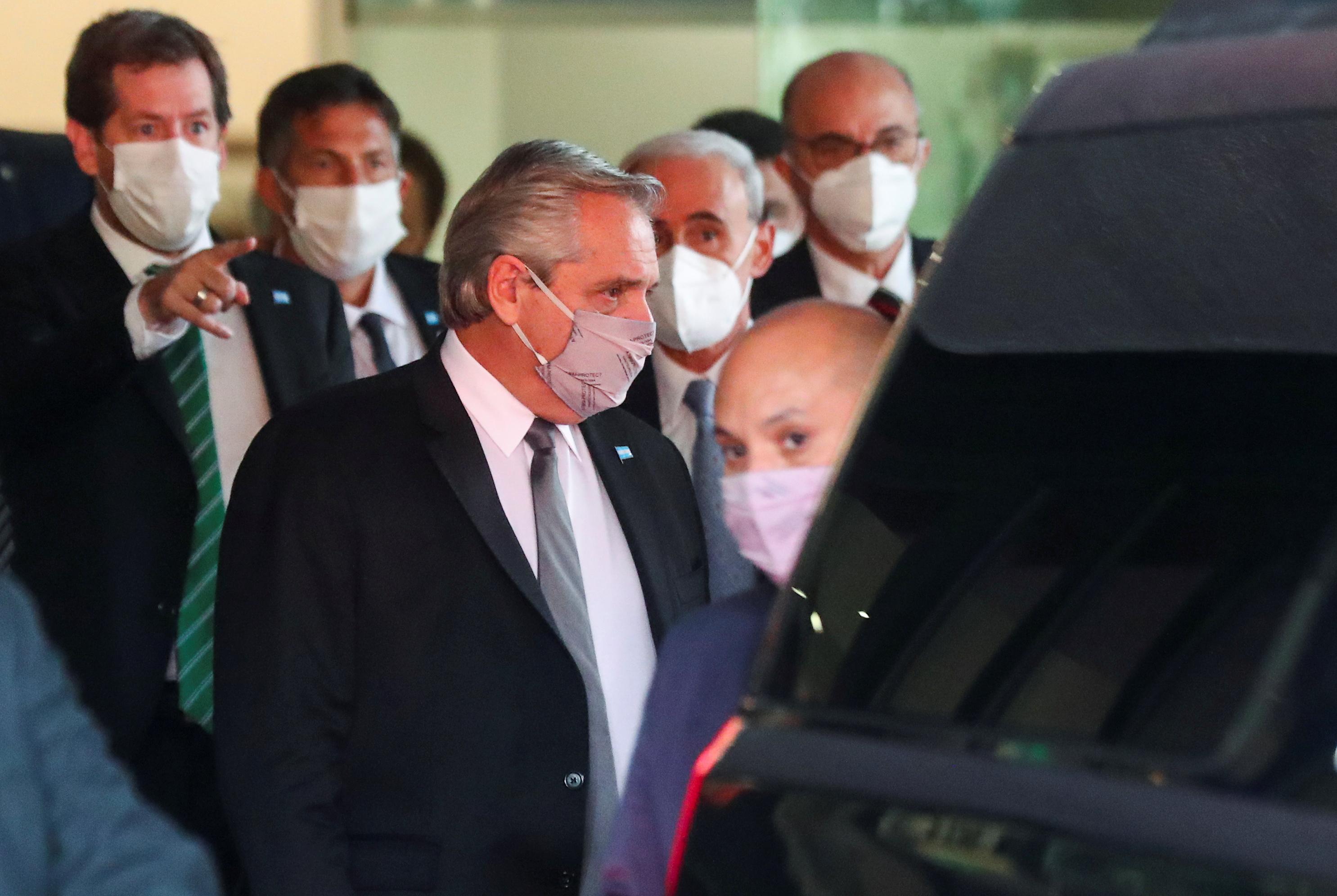 El presidente de Argentina, Alberto Fernández, sale de un hotel después de asistir a un evento en la Ciudad de México, México, 22 de febrero de 2021.