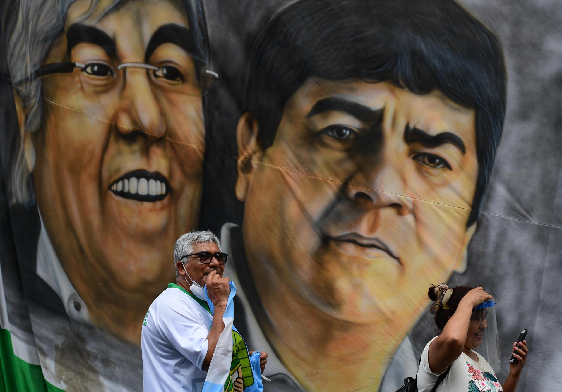Hugo Moyano y su hijo y sucesor al frente del sindicato de camioneros, Pablo, en una gigantesca bandera