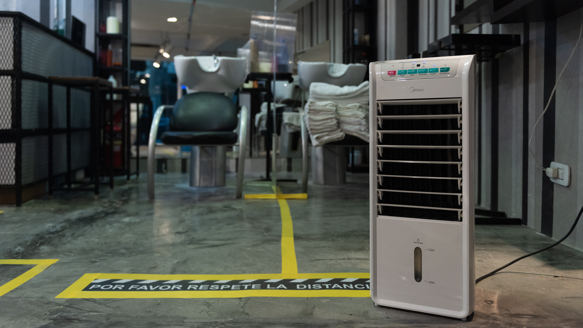 También una máquina purificadora de aire que constantemente limpia el ambiente