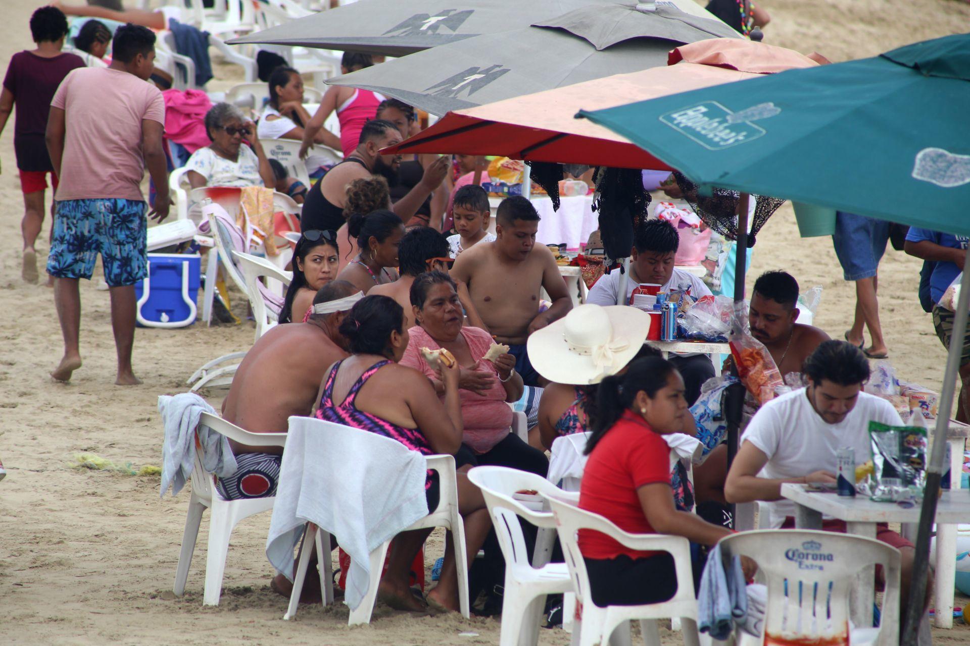 Miles de turistas llegaron a las playas de Acapulco este fin de semana, a pesar del llamado de las autoridades a respetar los protocolos de seguridad sanitaria por la pandemia de Covid-19 en las playas del puerto no se respetan. (FOTO: CARLOS ALBERTO CARBAJAL/CUARTOSCURO)