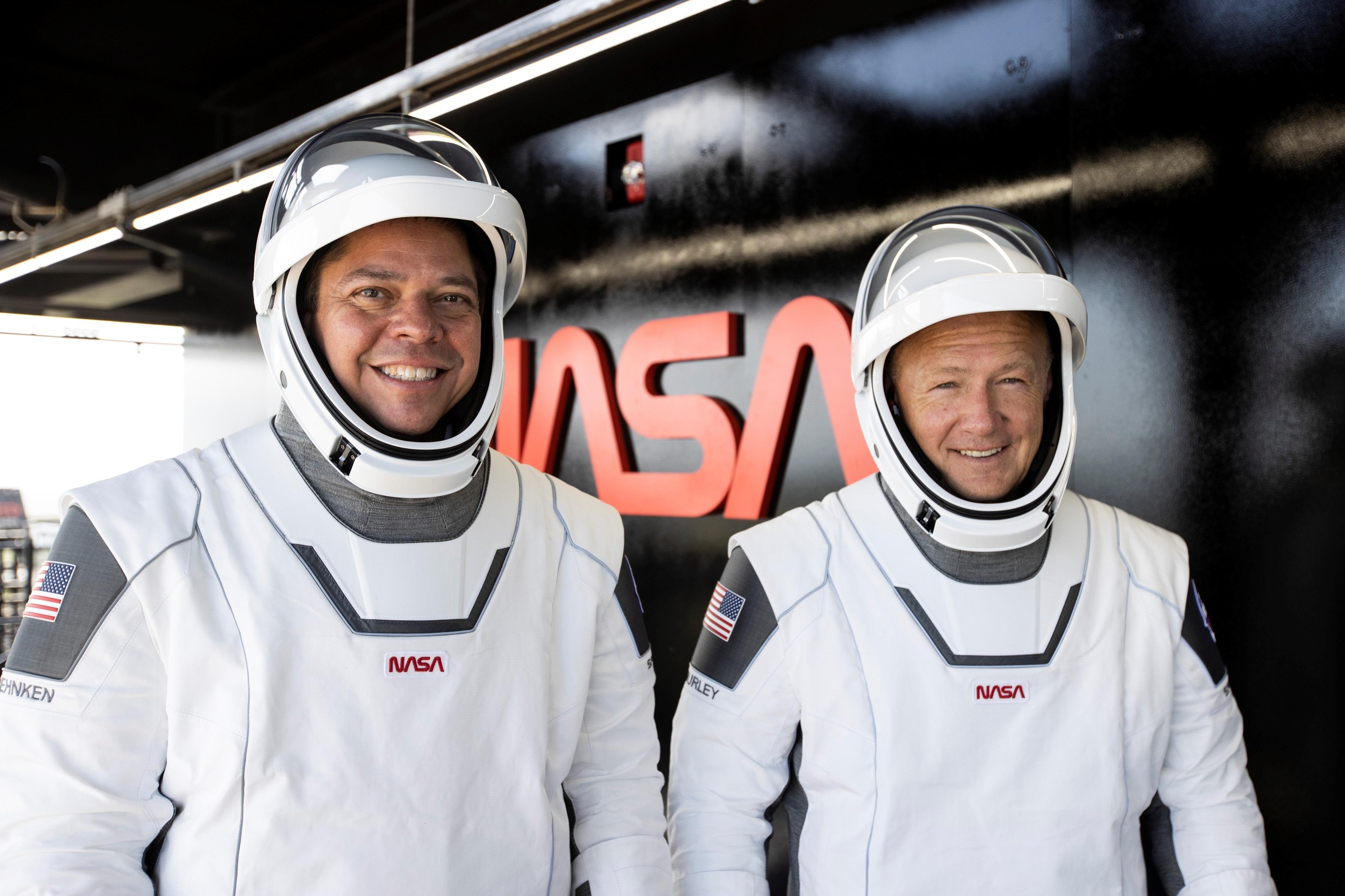 Los astronautas de la NASA Bob Behnken (i) y Doug Hurley (d) durante los entrenamientos y pruebas para la misión Demo-2 en el Centro Espacial Kennedy, en Cabo Cañaveral (EFE/SpaceX)