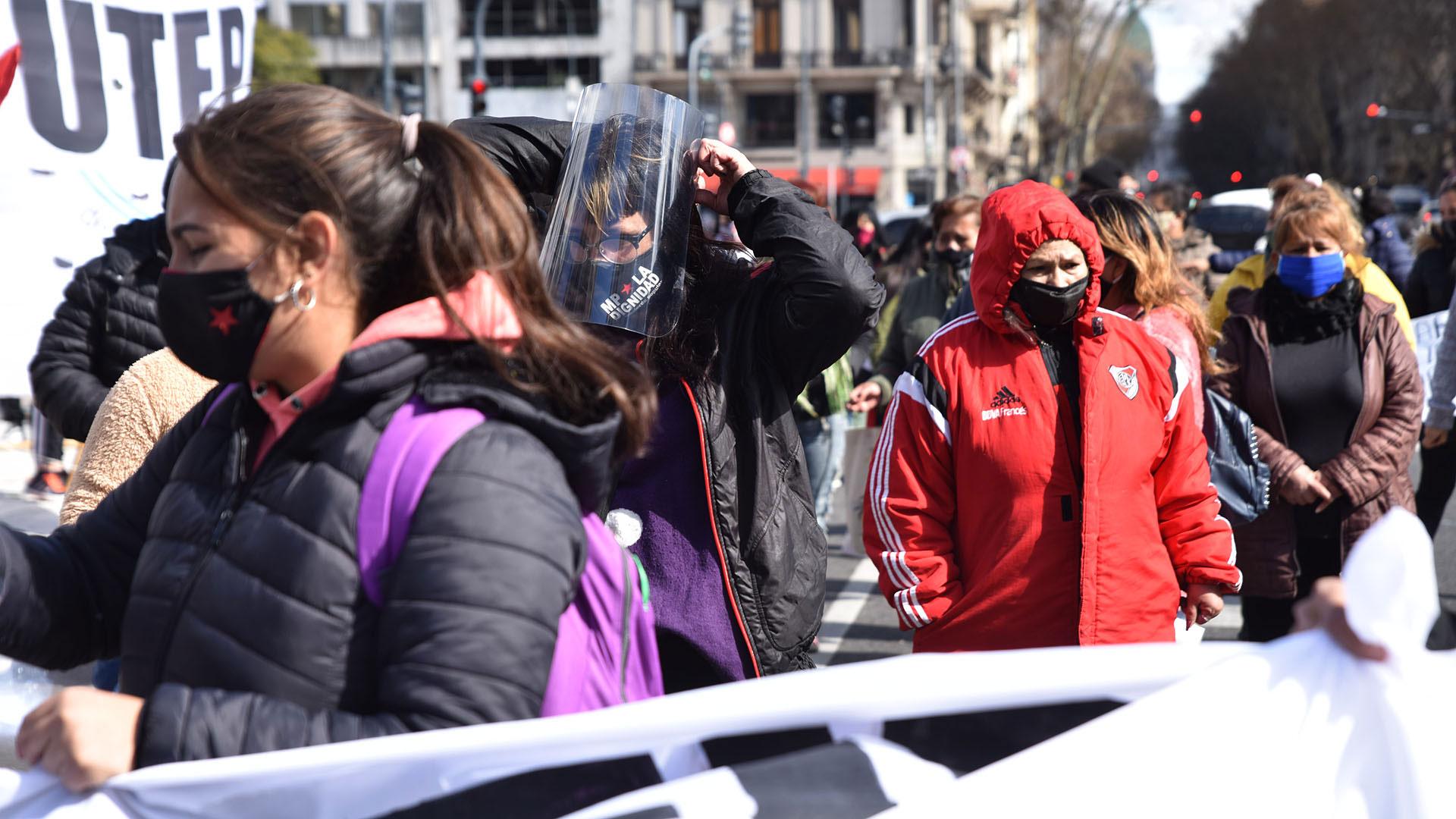 Los manifestantes marcharon durante el mediodía por la Avenida 9 de Julio