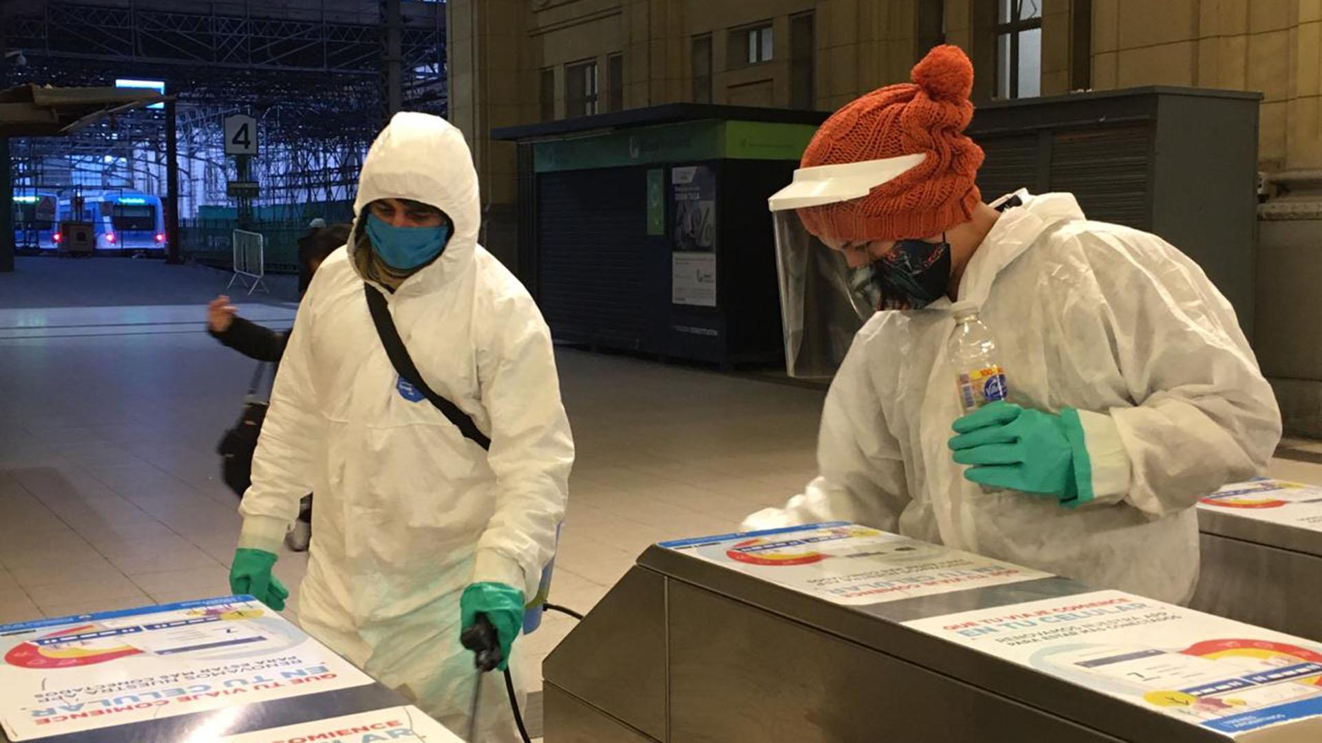 En las estaciones de trenes también hay más controles y tareas permanentes de limpieza