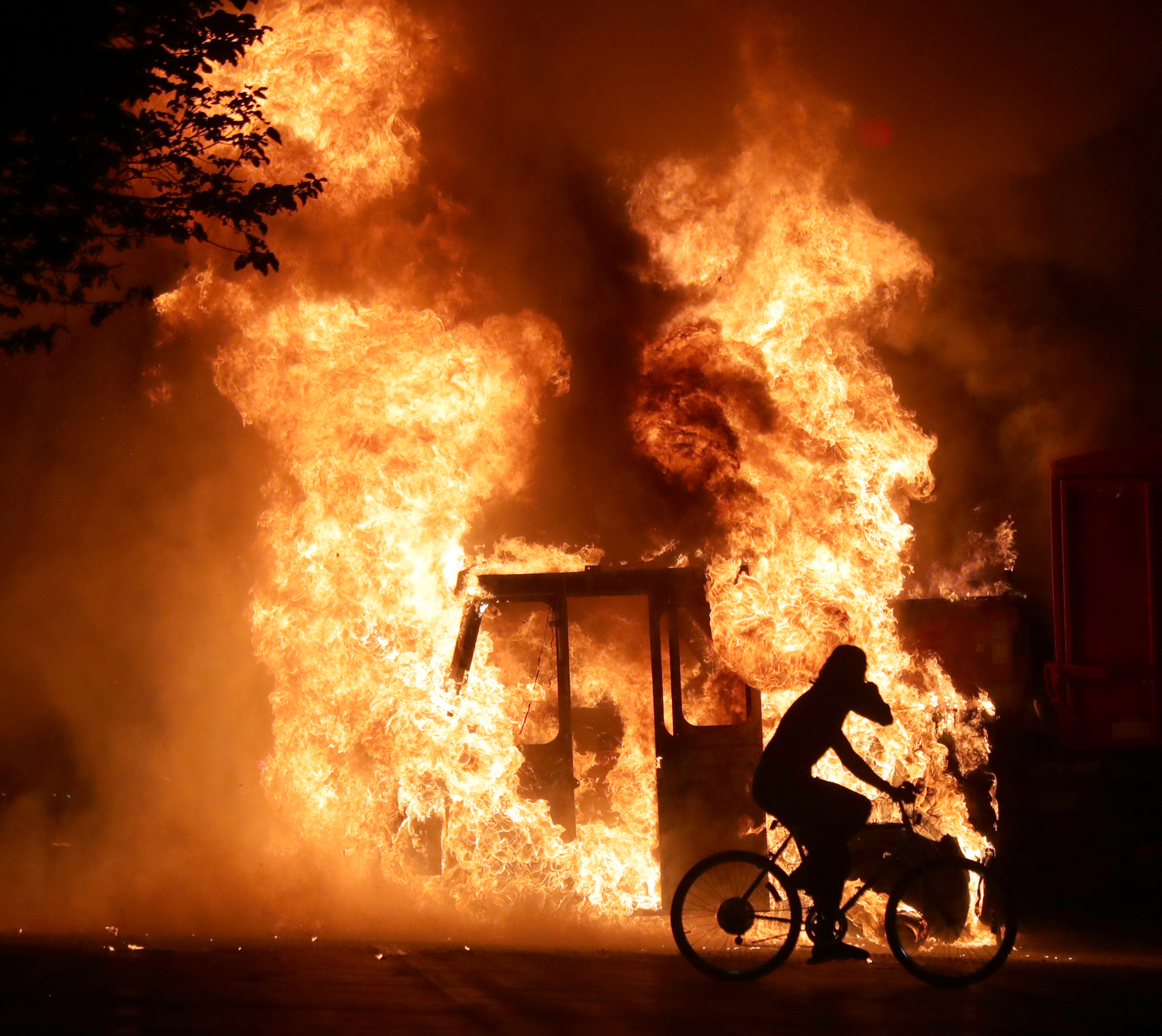 Un camión incendiado por los manifestantes (Mike De Sisti/Milwaukee Journal Sentinel via USA TODAY via REUTERS)