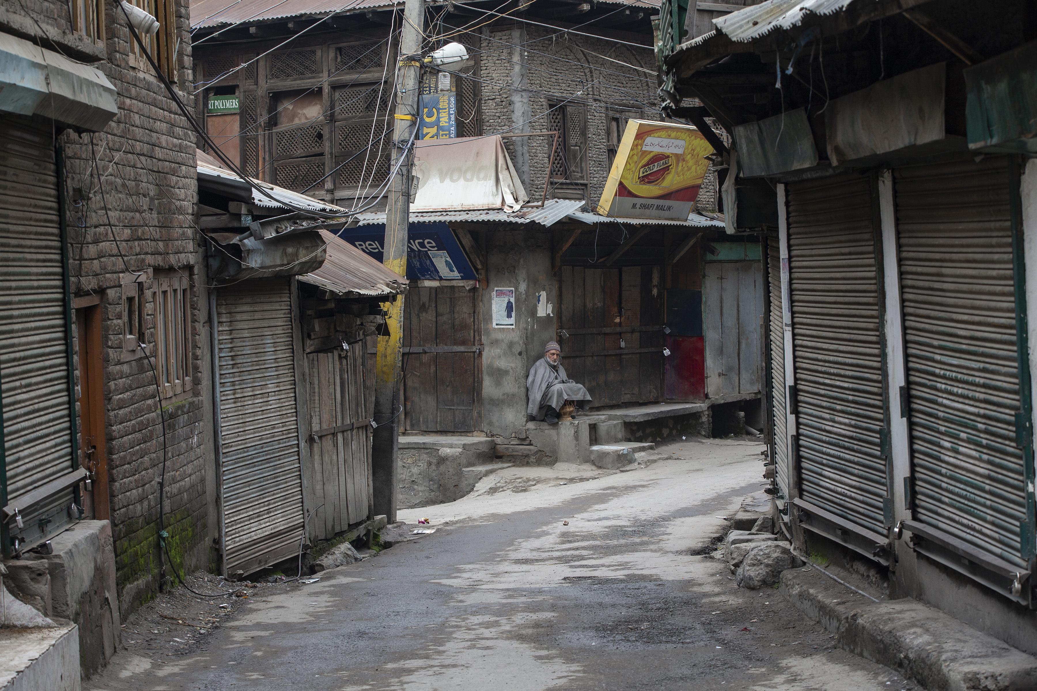 Un anciano de Cachemira se sienta afuera de un mercado cerrado durante una huelga en Srinagar, Cachemira. (Foto AP / Dar Yasin)