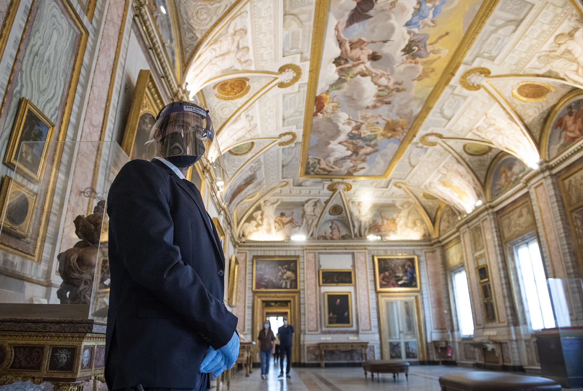 Un empleado del Muxseo de Galería Borghese en Roma, uno de los que fue reabierto esta semana en la capital italiana.