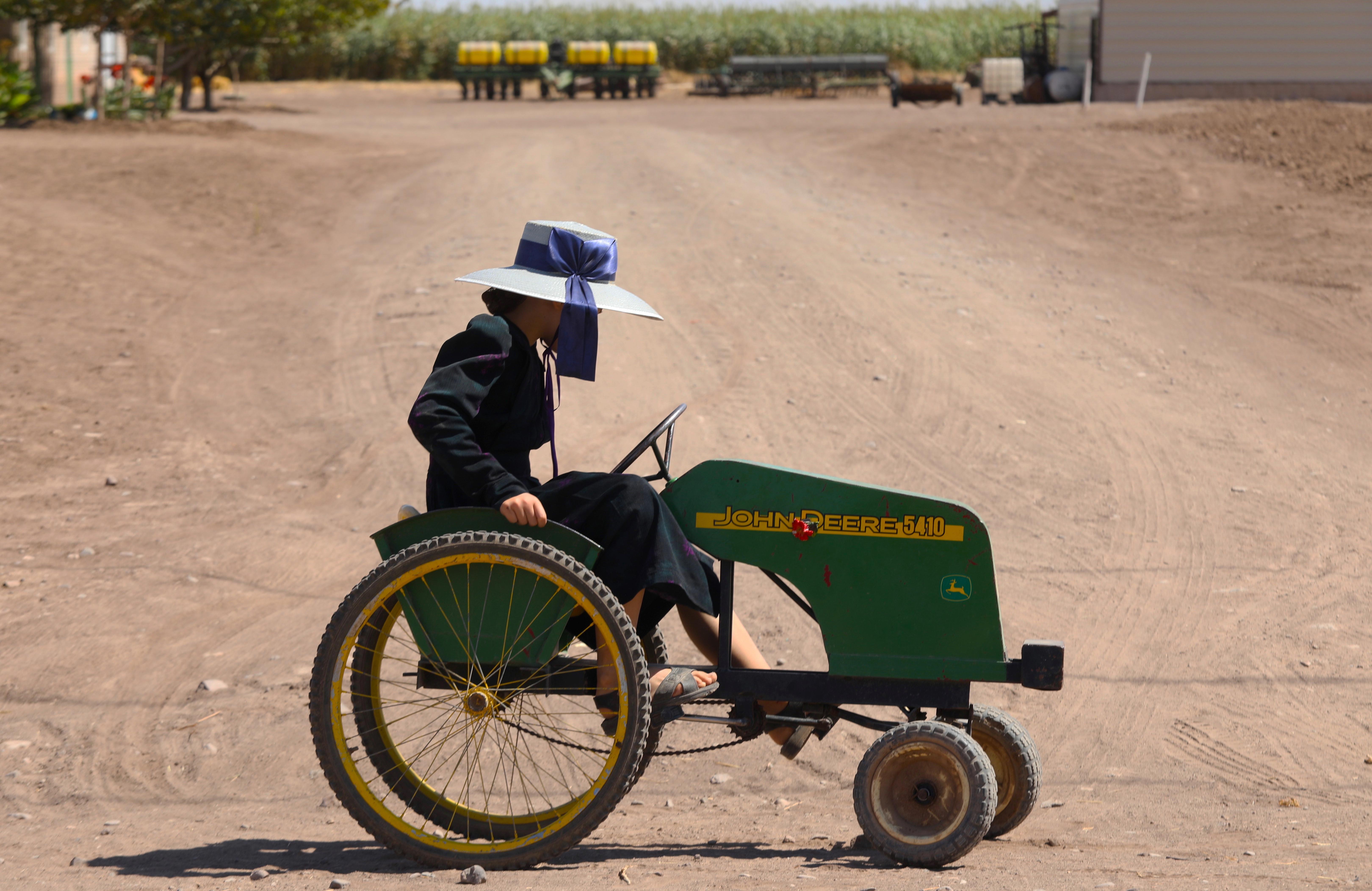 Una niña menonita monta un cuatriciclo en una comunidad menonita en el municipio de Ascensión, estado de Chihuahua, México, el 26 de septiembre de 2020.