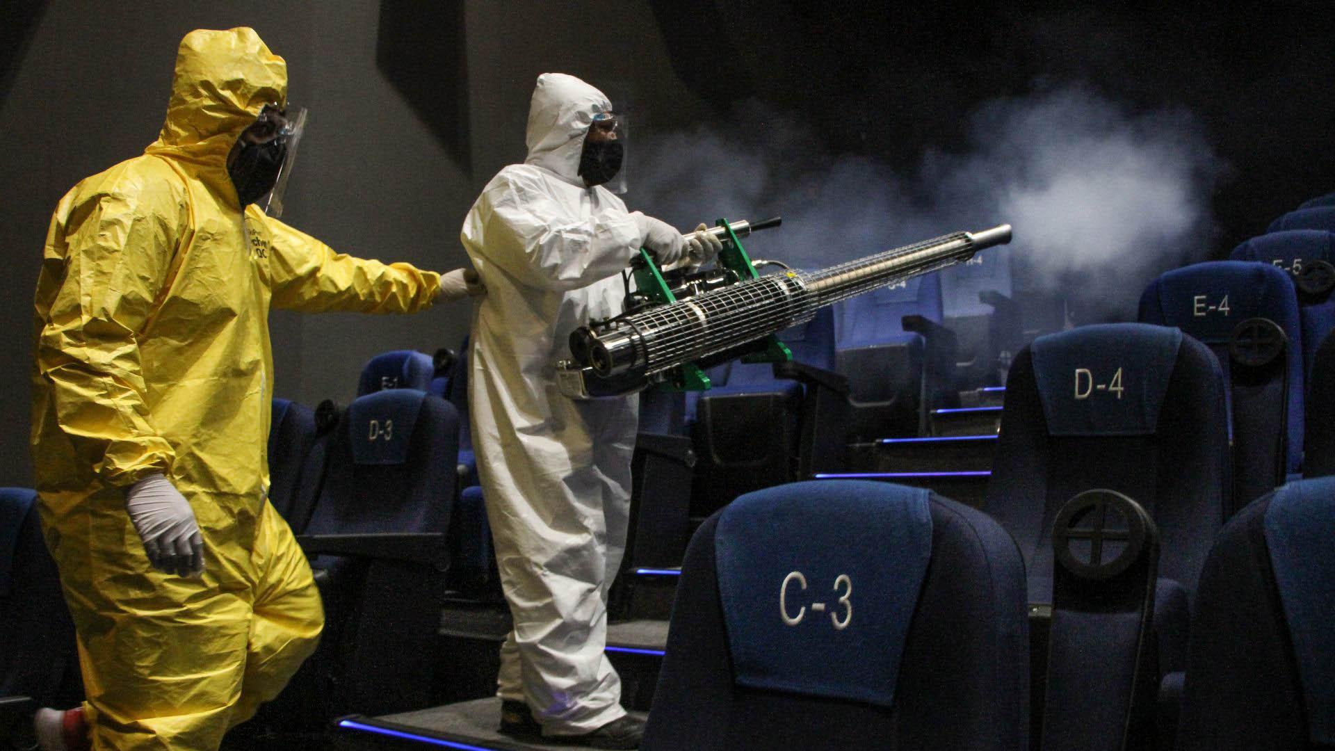 Trabajadores realizan labores de desinfección en una de las salas (Foto: Cuartoscuro)