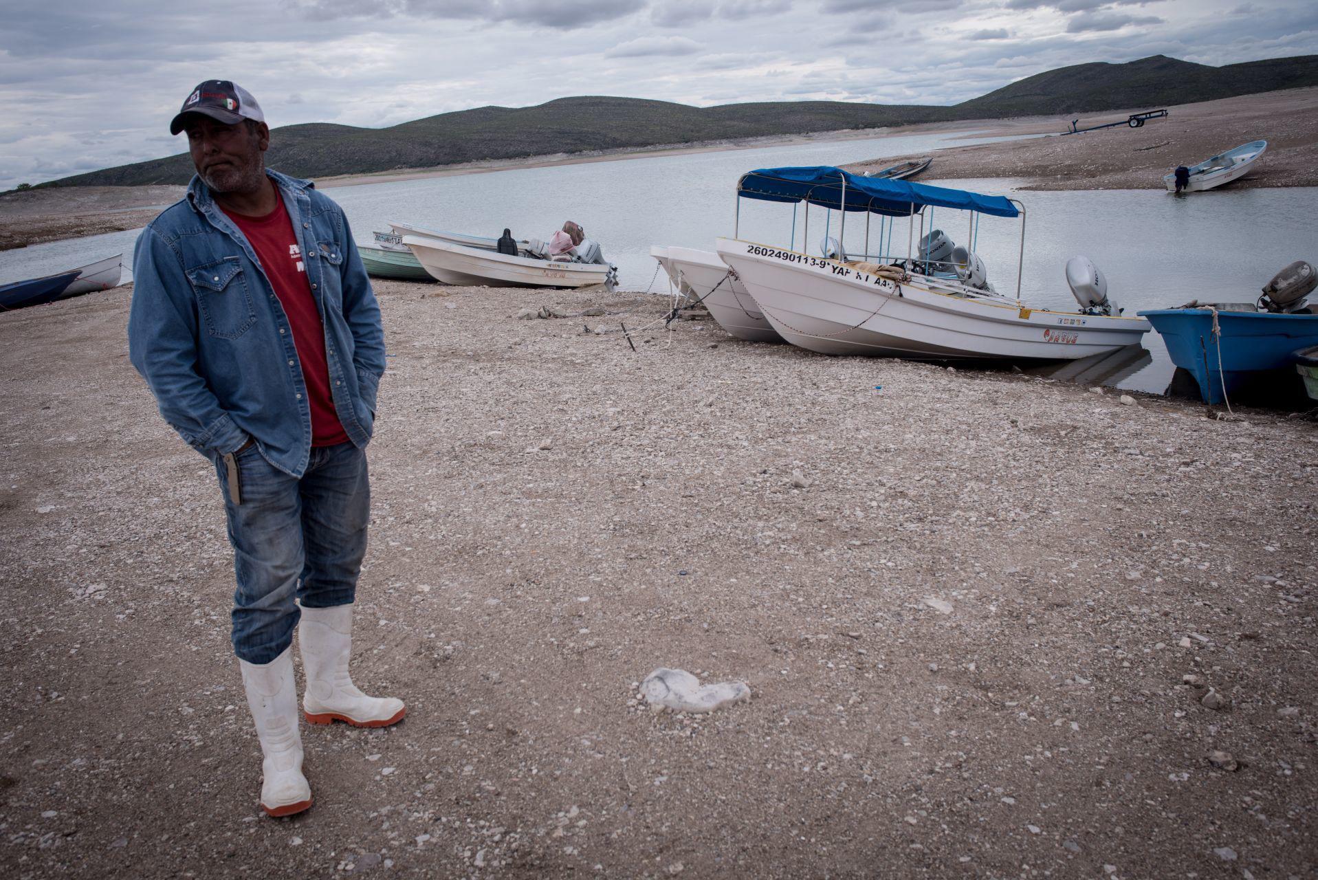 Velador de la presa platica sobre la problemática del agua y la pesca. San Francisco de Conchos, Chihuahua, México. El 18 de septiembre de 2020.