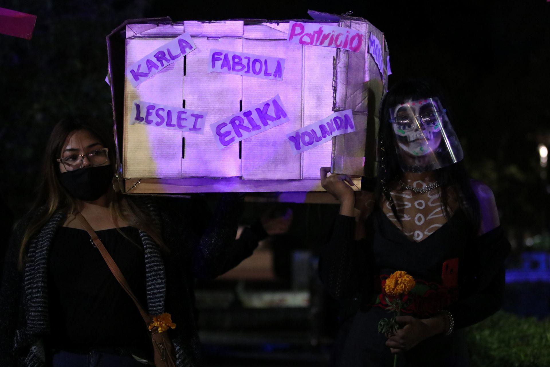Saltillo, Coahuila, México. 1 de noviembre de 2020. Feministas realizaron una procesión silenciosa por las víctimas de feminicidios en Coahuila, algunas pintadas de catrinas en su mayoría marcharon.