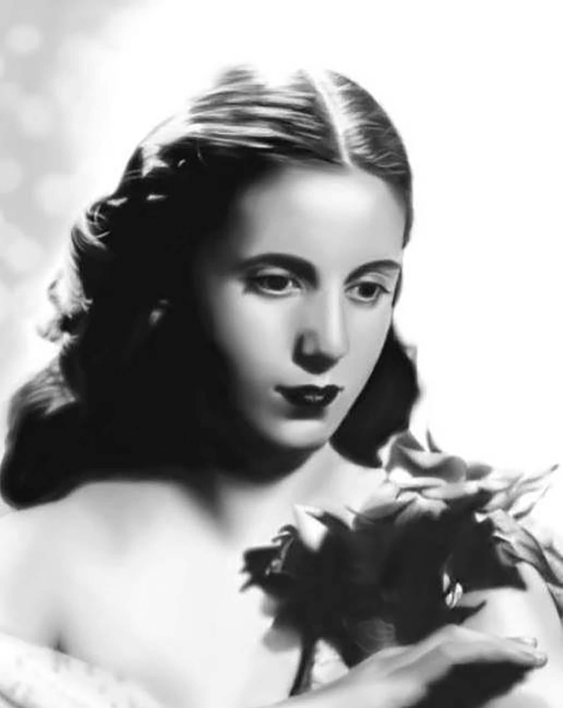 """El 28 de marzo de 1935 debuta en el Teatro Comedia con un corto papel en el vodevil """"La Señora de los Pérez"""". En 1937 se estrena en el cine con Segundos afuera y ese mismo año participa por primera vez en un radioteatro, """"Oro blanco"""""""