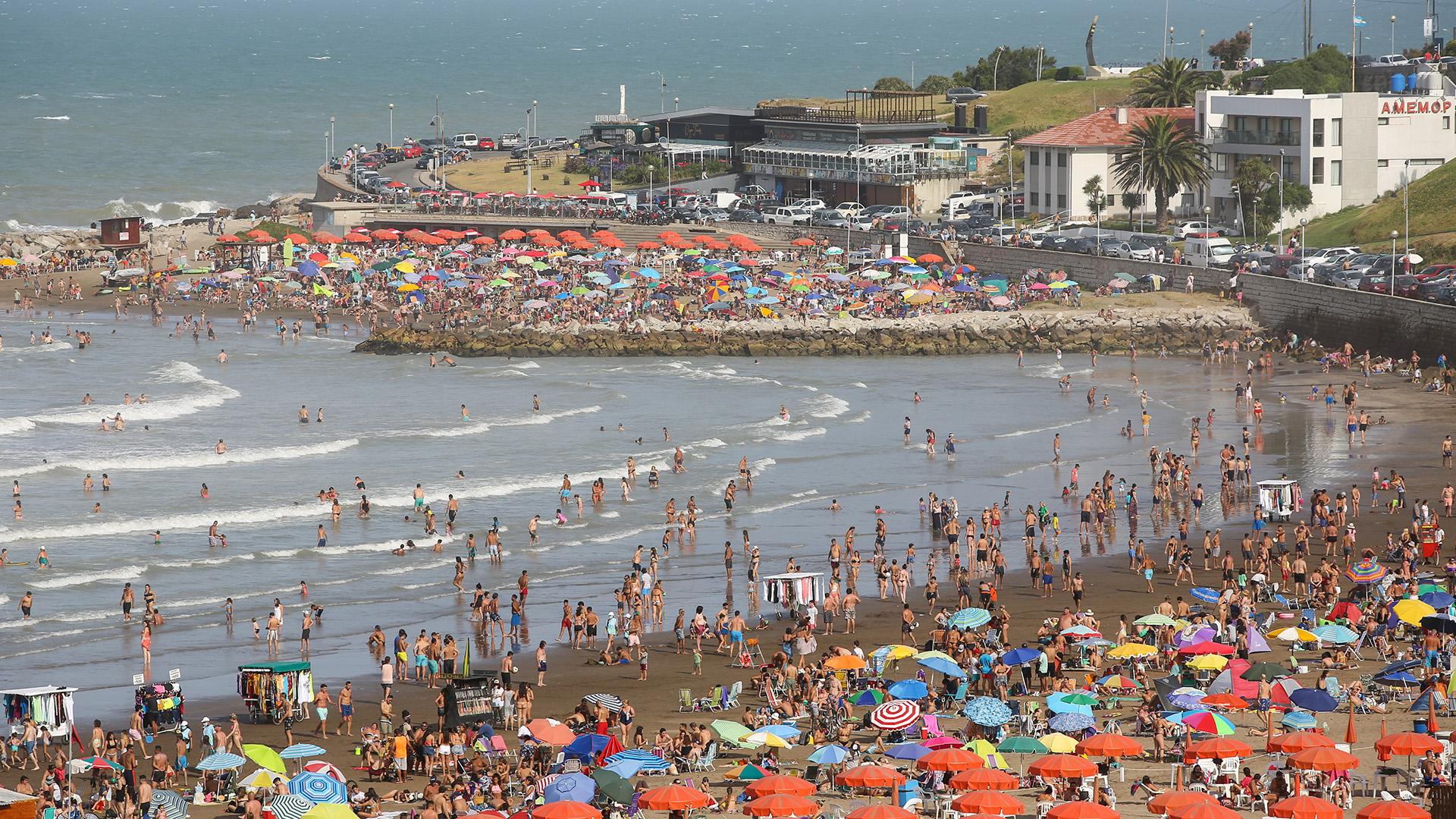 """Desde el Ente Municipal de Turismo (EMTUR) de Mar del Plata señalaron -en referencia al fin de semana largo de Año Nuevo- que el número de solicitudes de permisos tramitados mediante el """"Certificado Verano"""" (hasta el 29 de diciembre), ascendió a 30.916."""