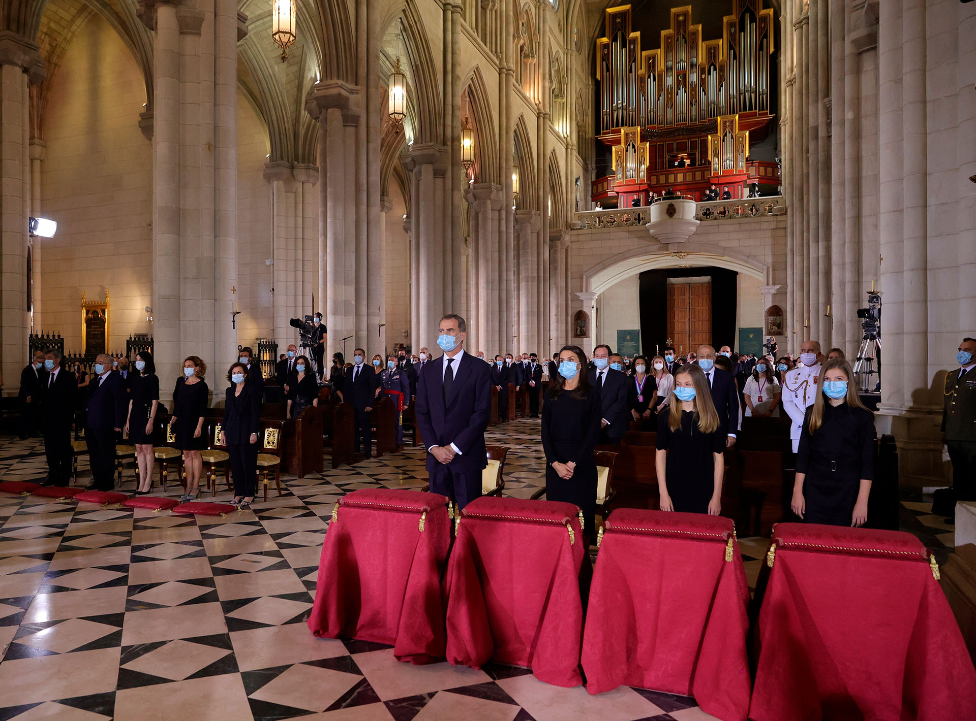 Bajo la imagen de Santa María la Real de la Almudena se ubicaron los familiares de 70 personas fallecidas por coronavirus, quienes fueron saludados con una distancia prudencial por la Familia Real