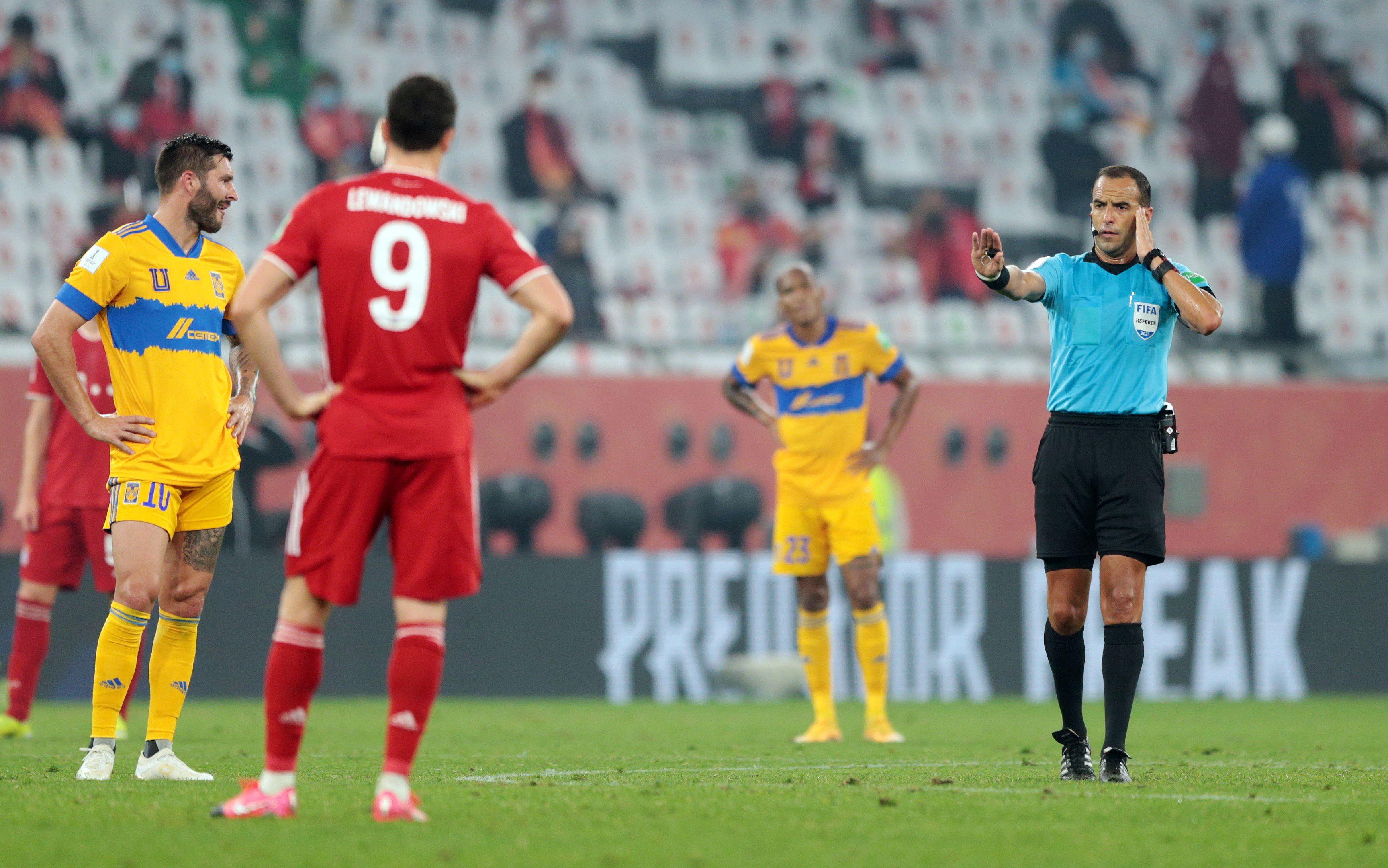 Esteban Ostojich espera la decisión del VAR antes de permitir el primer gol de Benjamin Pavard.