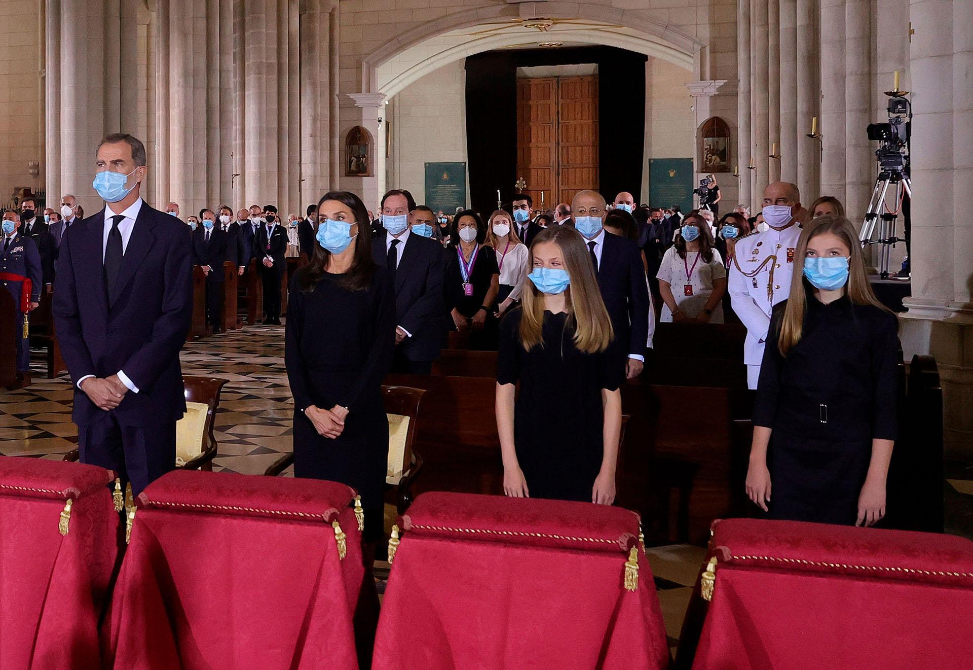 La Familia Real ingresó a la Catedral mientras sonaba el himno nacional y se ubicaron en la primera fila, del lado del Evangelio
