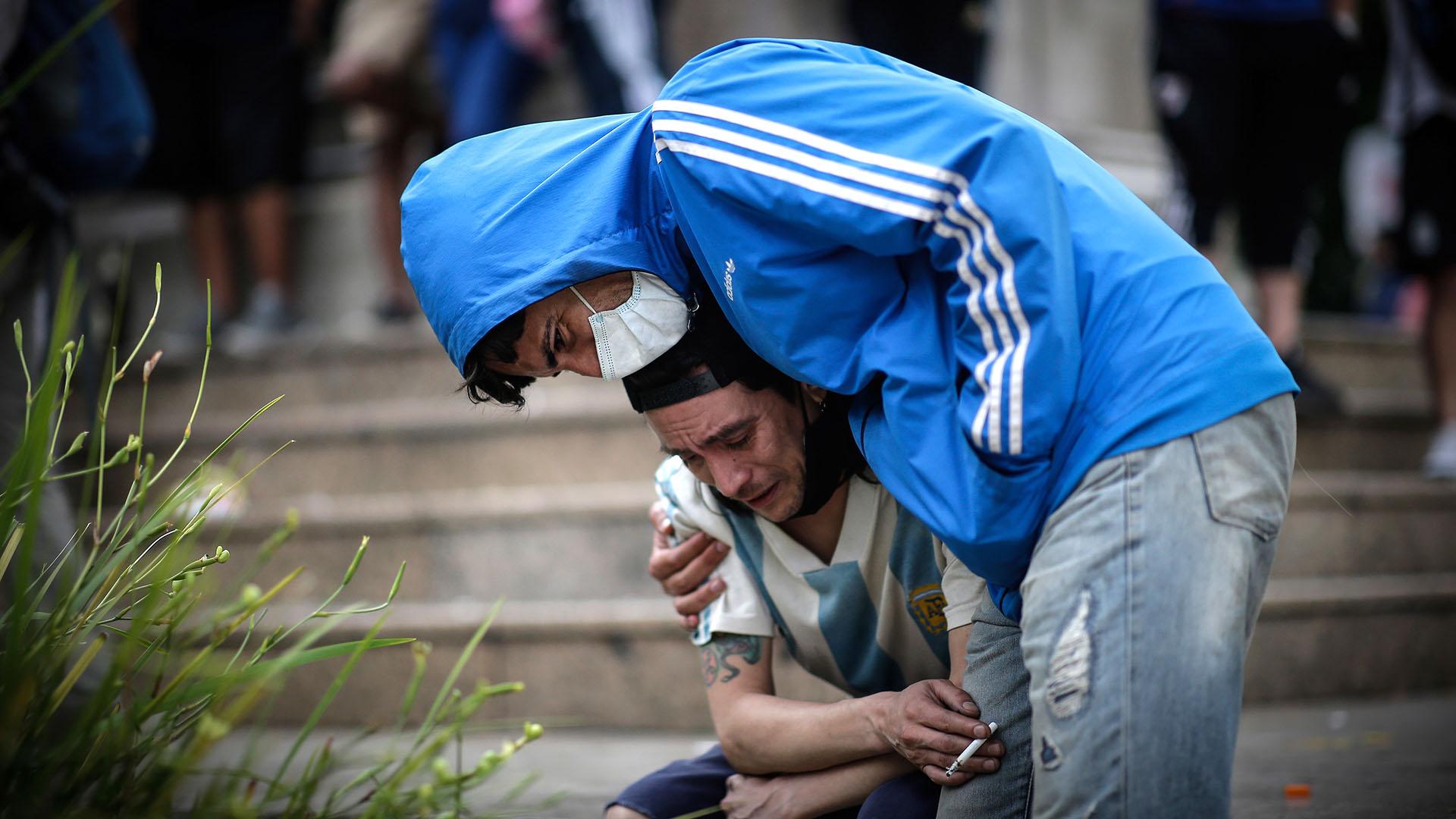 Seguidores de Diego Armando Maradona lloran a las puertas de la Casa Rosada donde este jueves se ha abierto la capilla ardiente