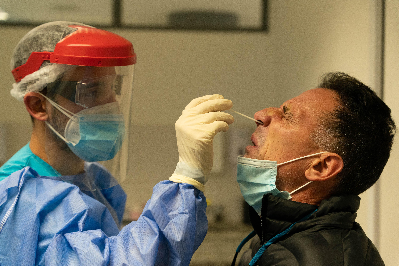 Los hisopados se realizan en la planta baja. Los pacientes que llegan con síntomas se separan de los que no desde la entrada del hospital.